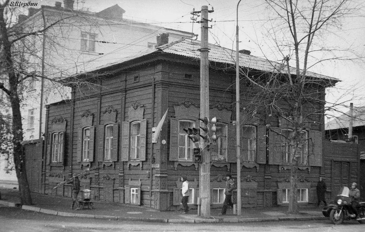 1975. Дом на углу улиц Тимирязева и Декабрьских Событий
