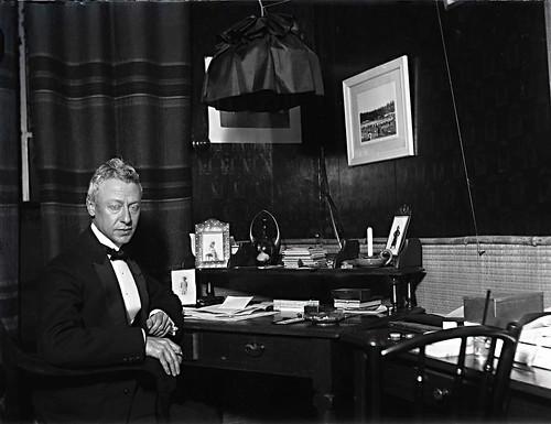 L.G.F. Heijneker in zijn kantoor