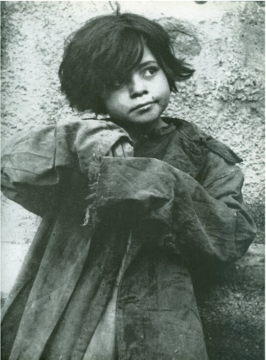 Niño o niña en España hacia 1941 por Thérèse Bonney