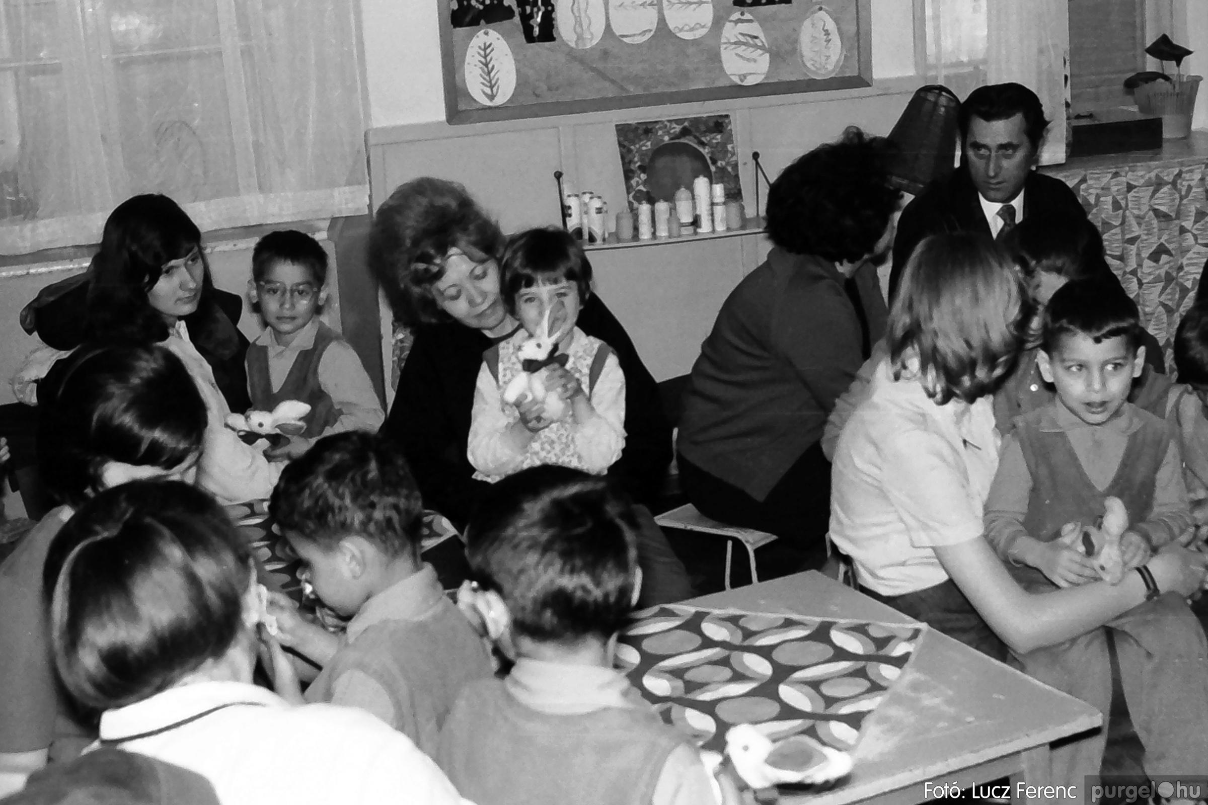 044. 1976. Látogatás a gyermekotthonban 010. - Fotó: Lucz Ferenc.jpg