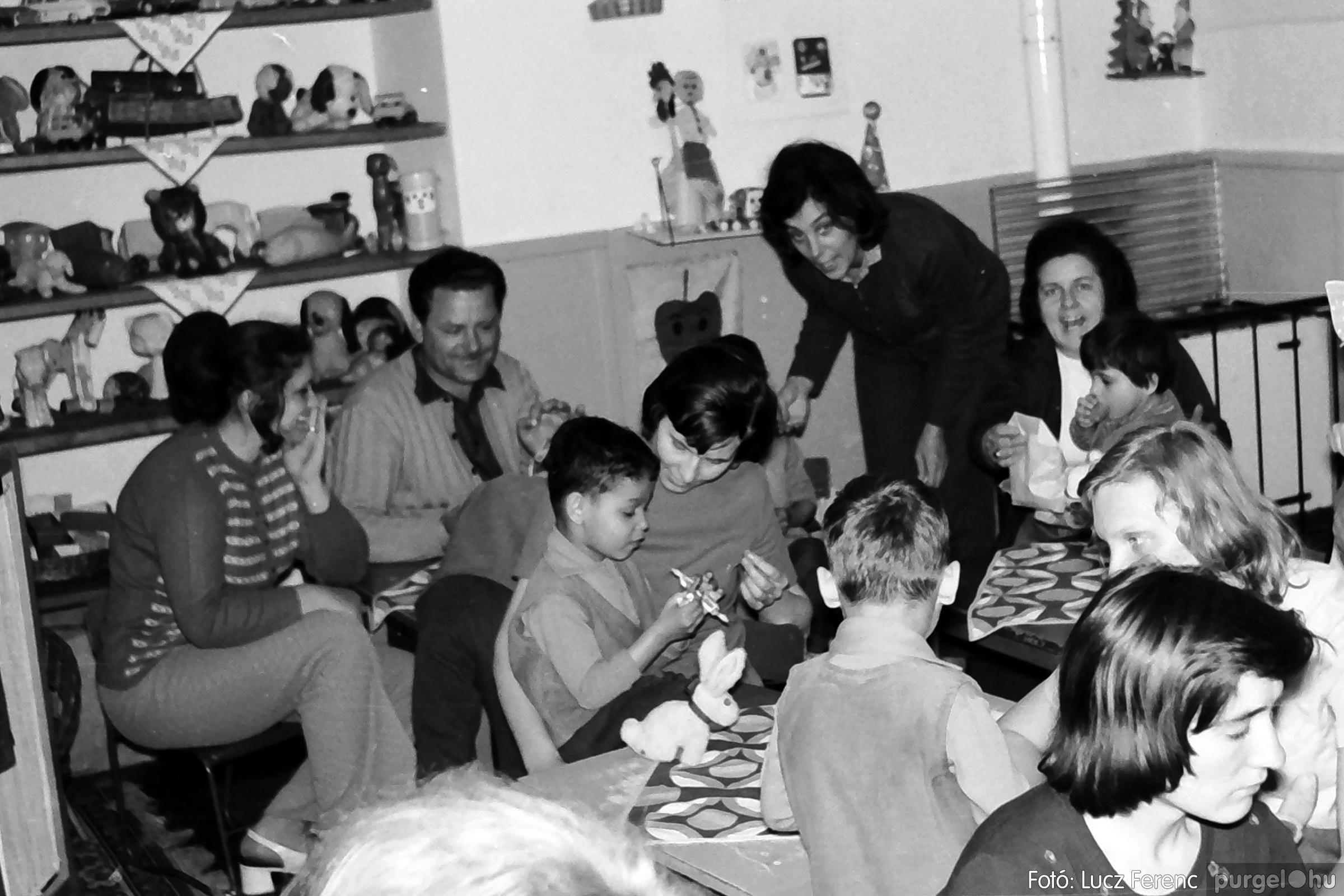 044. 1976. Látogatás a gyermekotthonban 007. - Fotó: Lucz Ferenc.jpg