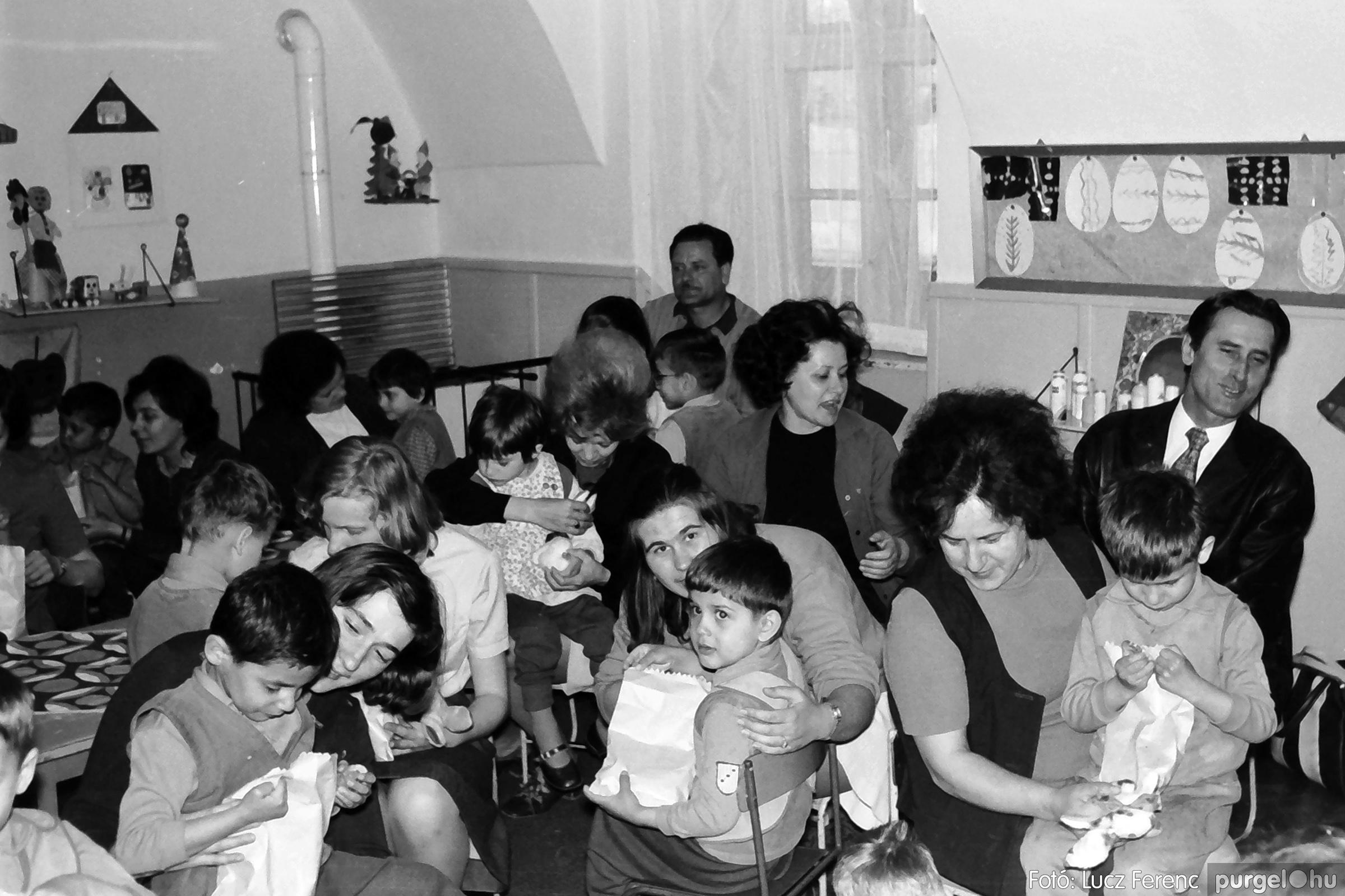044. 1976. Látogatás a gyermekotthonban 005. - Fotó: Lucz Ferenc.jpg