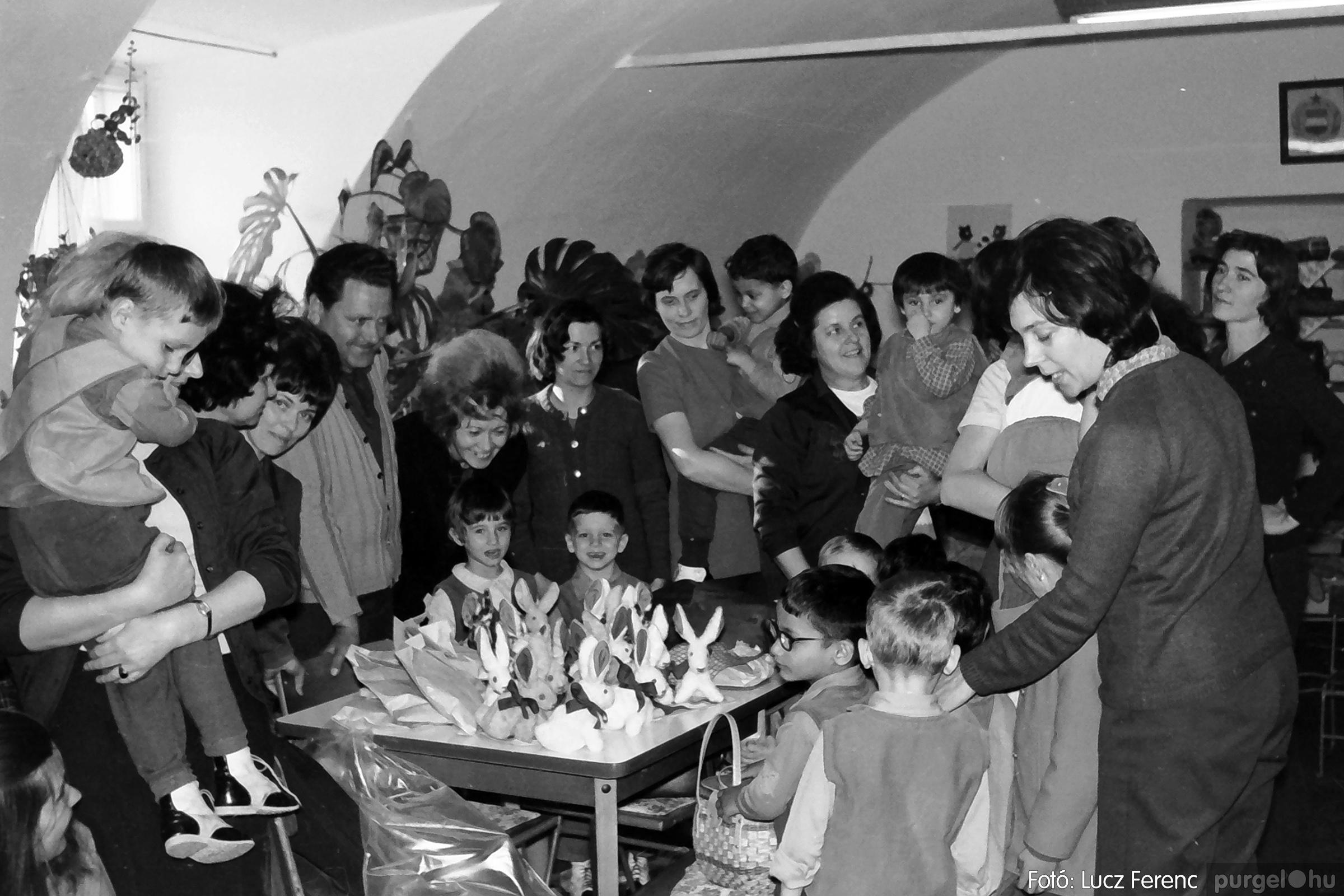 044. 1976. Látogatás a gyermekotthonban 001. - Fotó: Lucz Ferenc.jpg