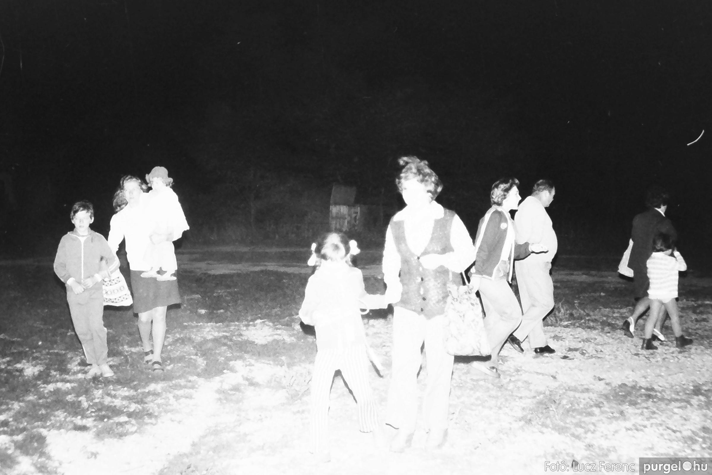 053. 1976. Tűzgyújtás 007. - Fotó: Lucz Ferenc.jpg