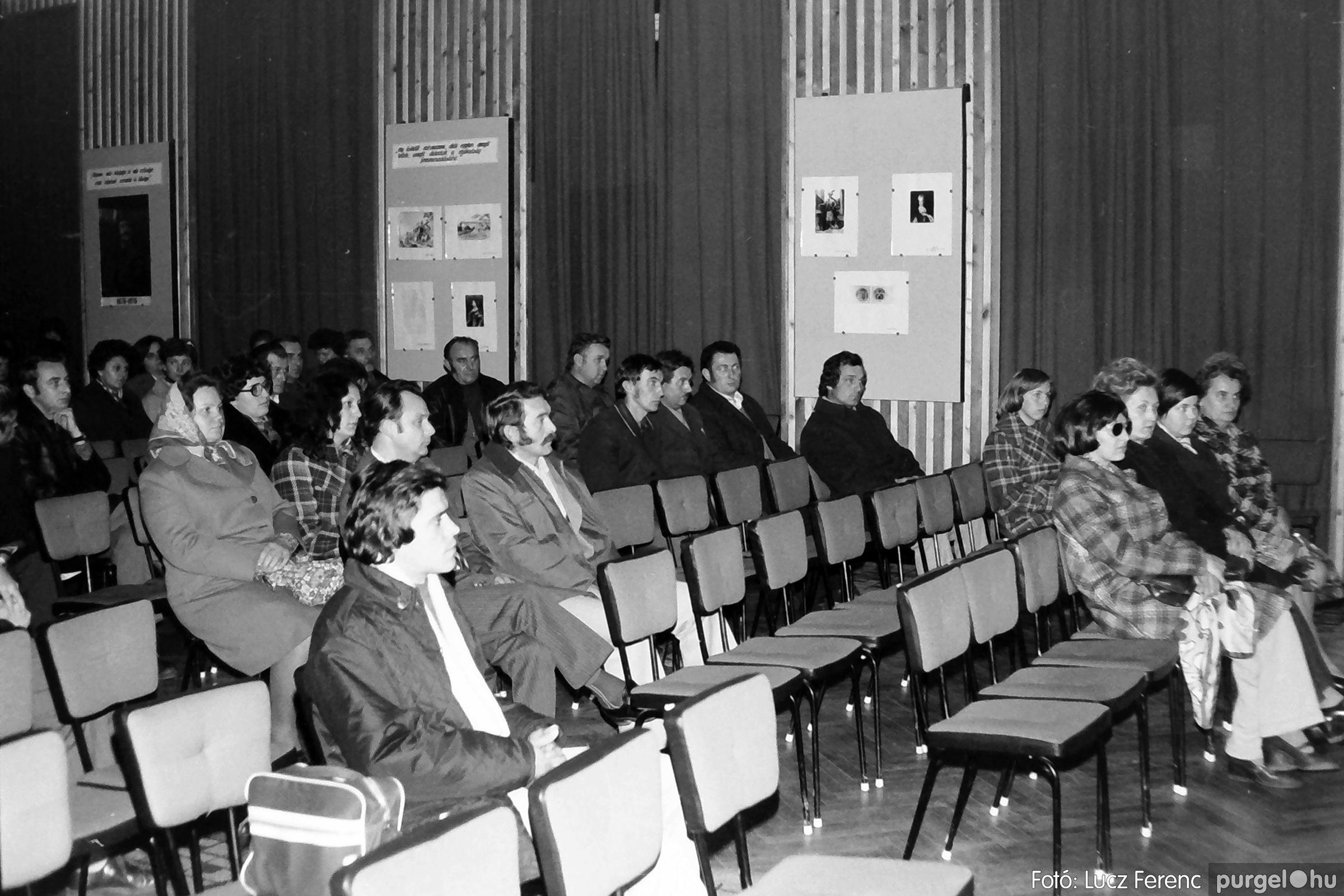 064. 1976. Kiállítás a kultúrházban 003. - Fotó: Lucz Ferenc.jpg