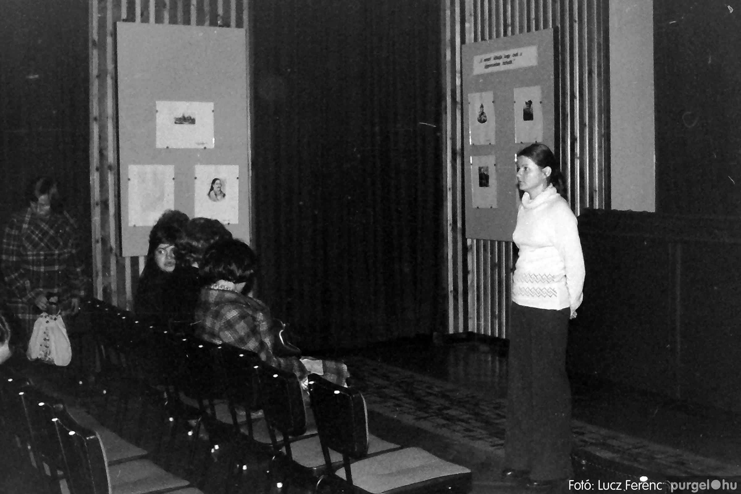 064. 1976. Kiállítás a kultúrházban 001. - Fotó: Lucz Ferenc.jpg
