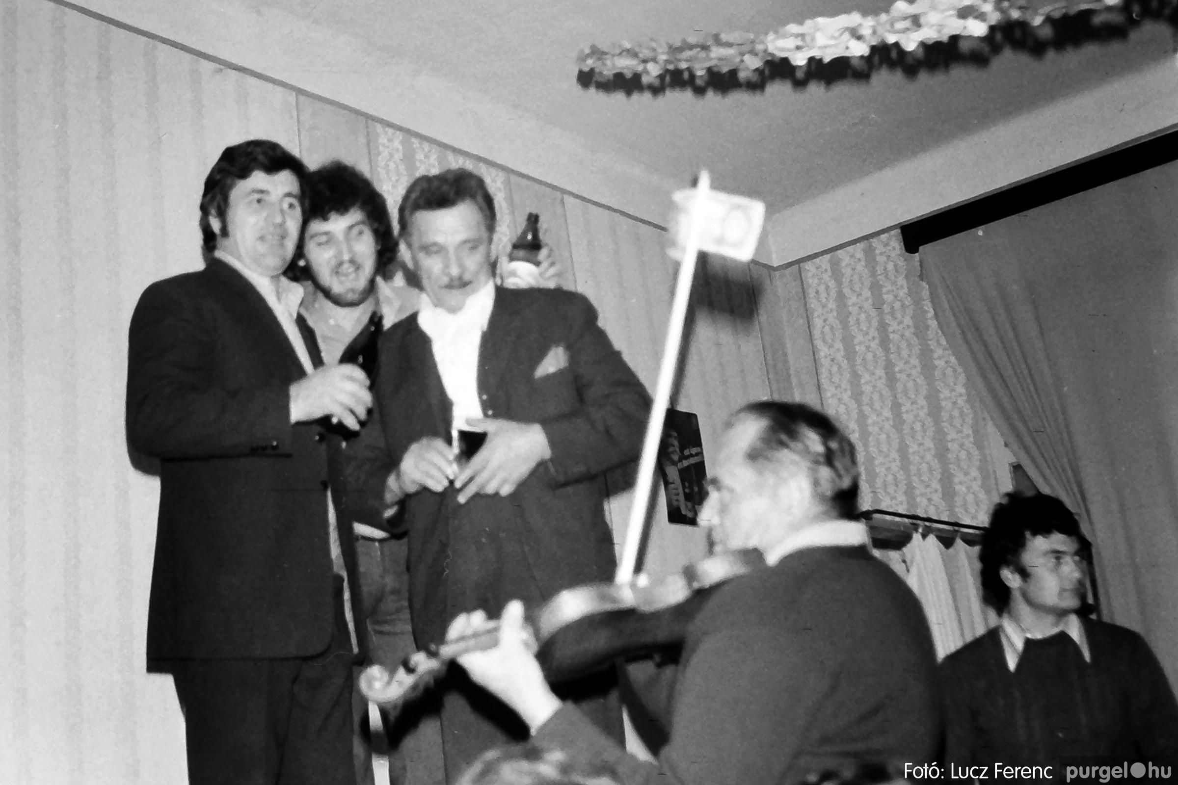 064-065. 1976. KTSZ-es dínomdánom a vendéglőben 041. - Fotó: Lucz Ferenc.jpg