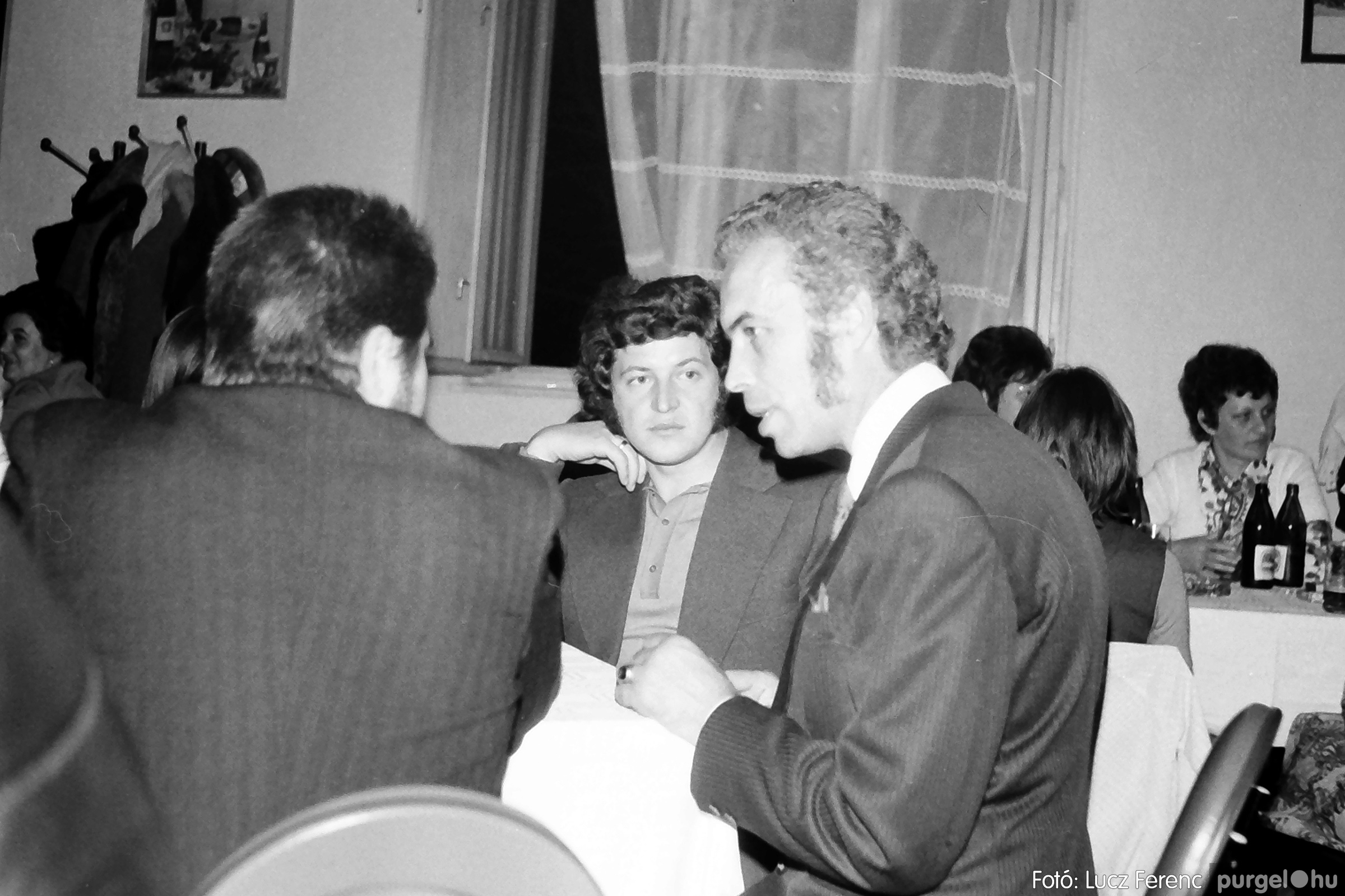 064-065. 1976. KTSZ-es dínomdánom a vendéglőben 020. - Fotó: Lucz Ferenc.jpg