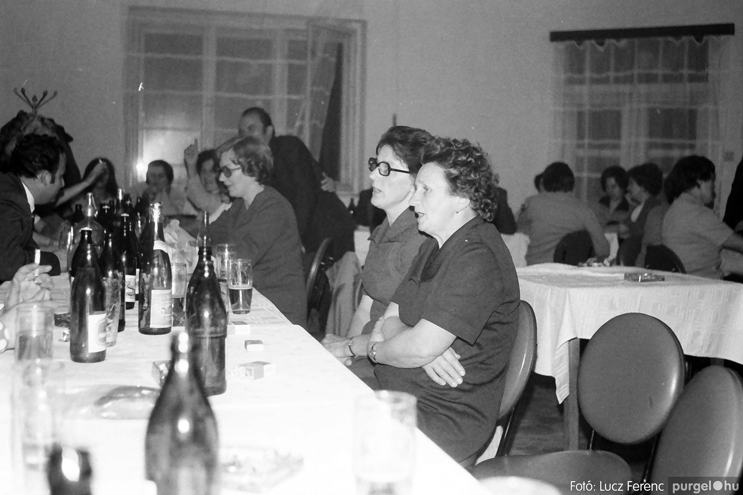 064-065. 1976. KTSZ-es dínomdánom a vendéglőben 019. - Fotó: Lucz Ferenc.jpg