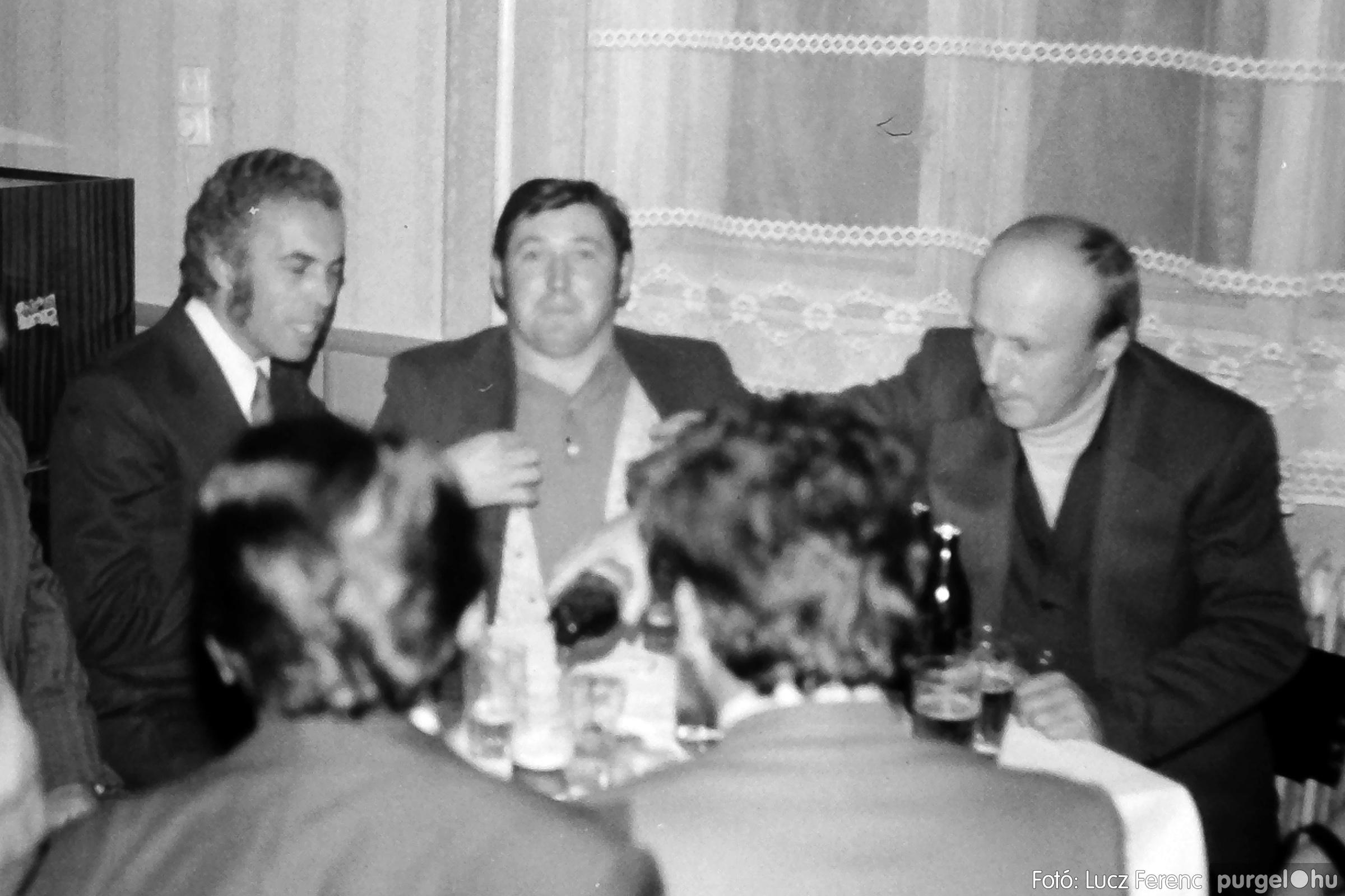 064-065. 1976. KTSZ-es dínomdánom a vendéglőben 011. - Fotó: Lucz Ferenc.jpg