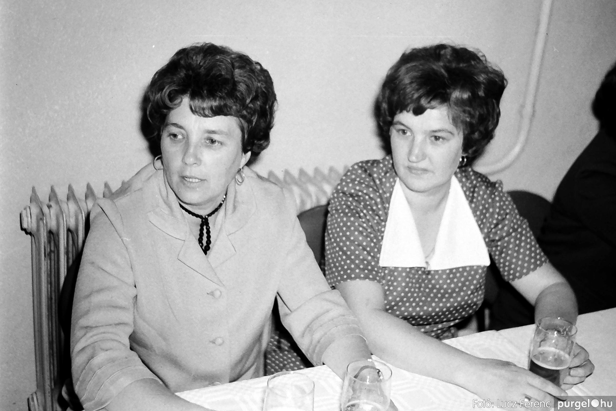 064-065. 1976. KTSZ-es dínomdánom a vendéglőben 007. - Fotó: Lucz Ferenc.jpg