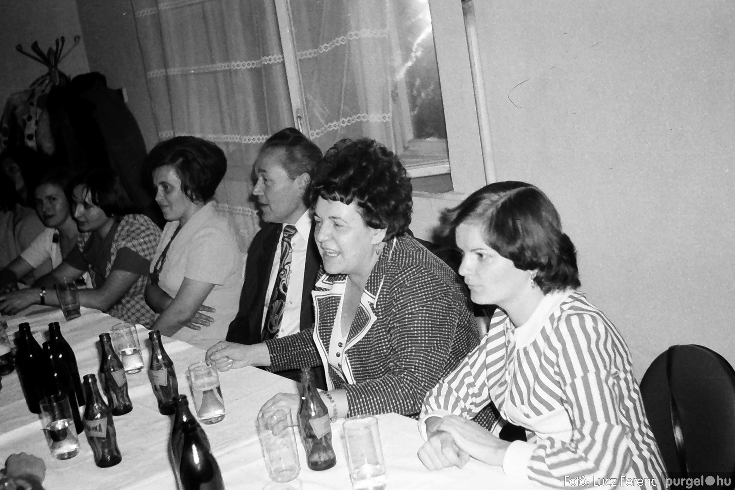 064-065. 1976. KTSZ-es dínomdánom a vendéglőben 004. - Fotó: Lucz Ferenc.jpg