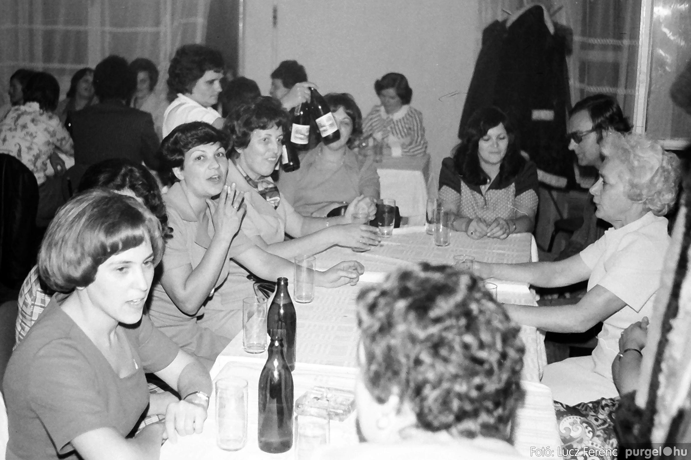 064-065. 1976. KTSZ-es dínomdánom a vendéglőben 003. - Fotó: Lucz Ferenc.jpg