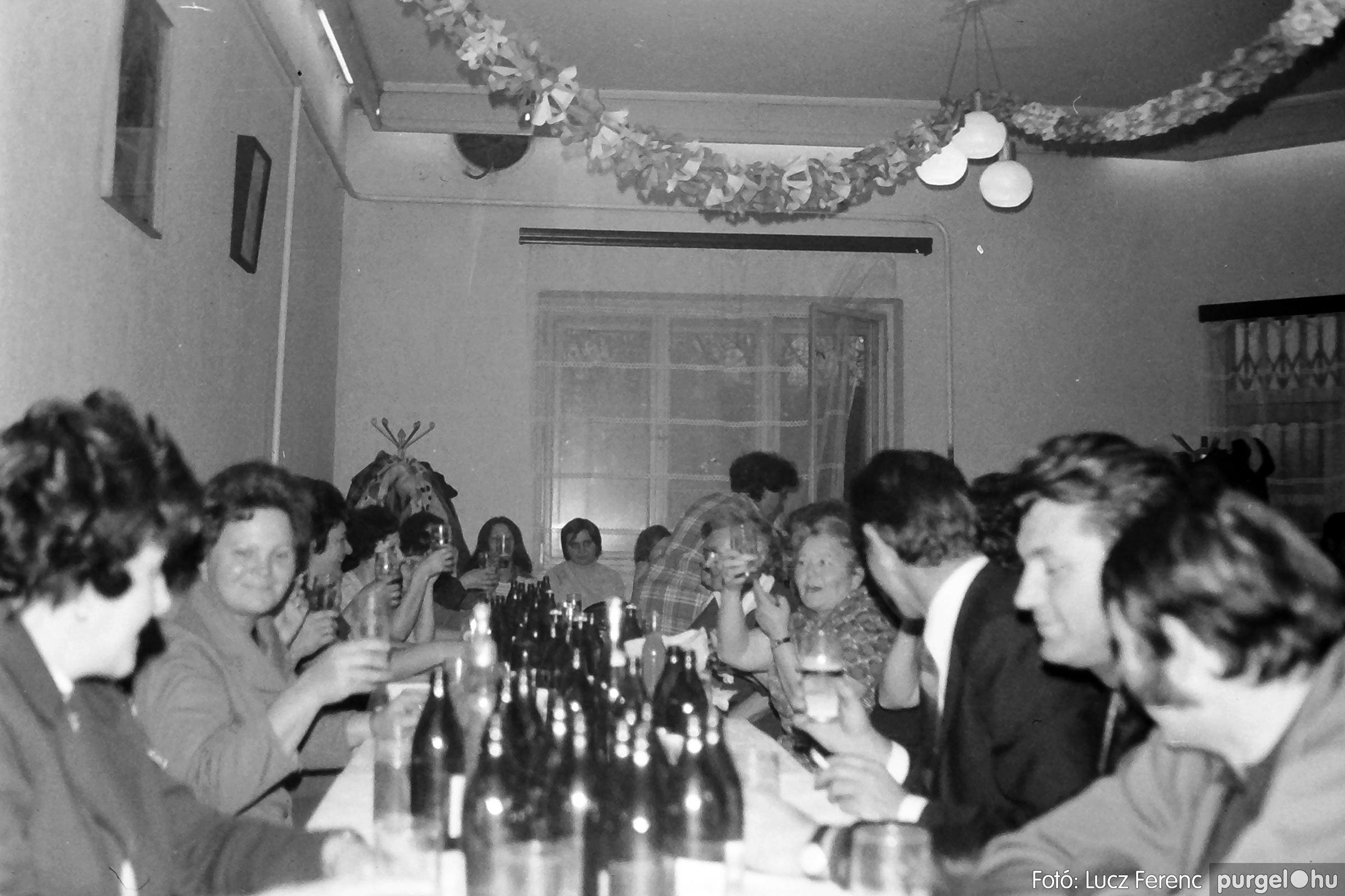 064-065. 1976. KTSZ-es dínomdánom a vendéglőben 001. - Fotó: Lucz Ferenc.jpg