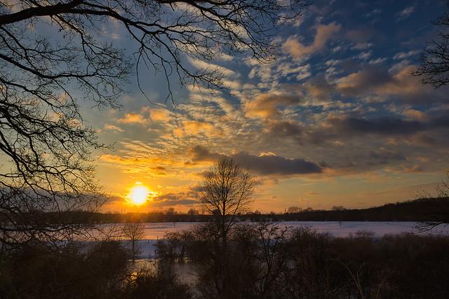 Verschneite Landschaft zur goldenen Stunde