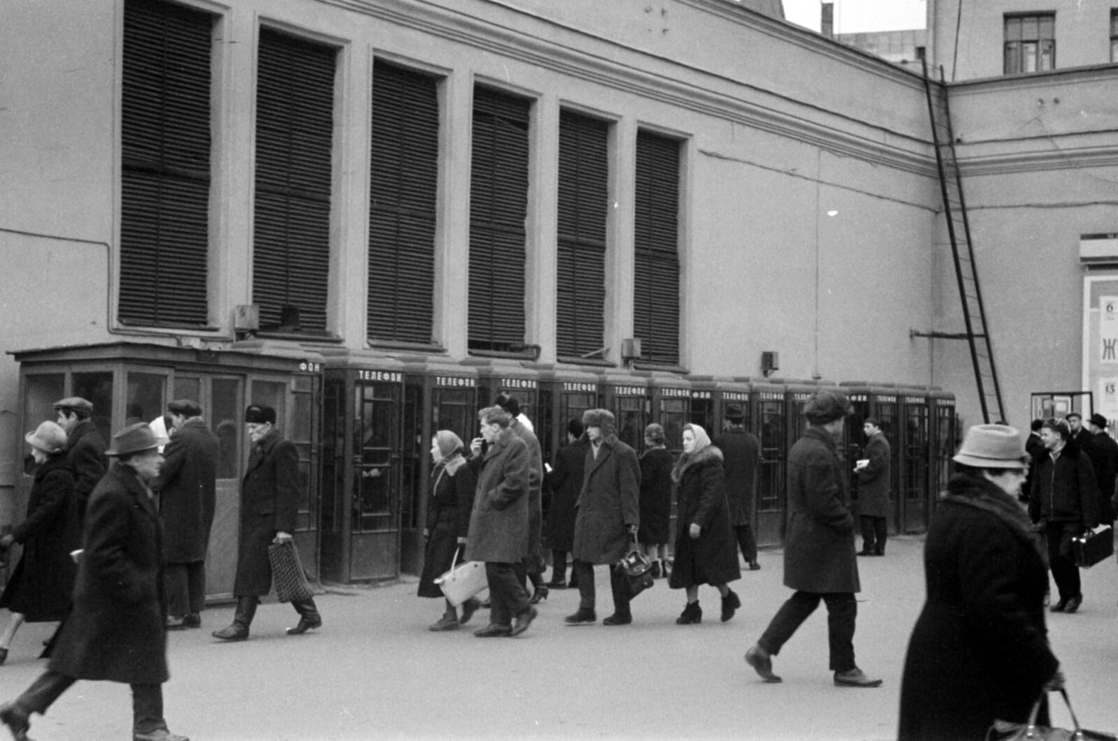 04. Площадь Свердлова. Телефонные будки у метро