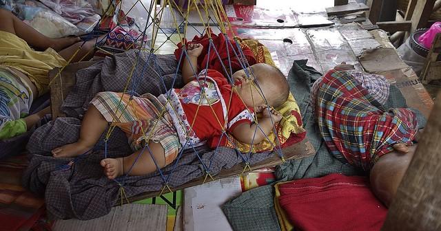 MYANMAR , Burma - Unterwegs nach Bagan, Markt am Parkplatz , Mittagsschlaf im Babyroom, 78221  728