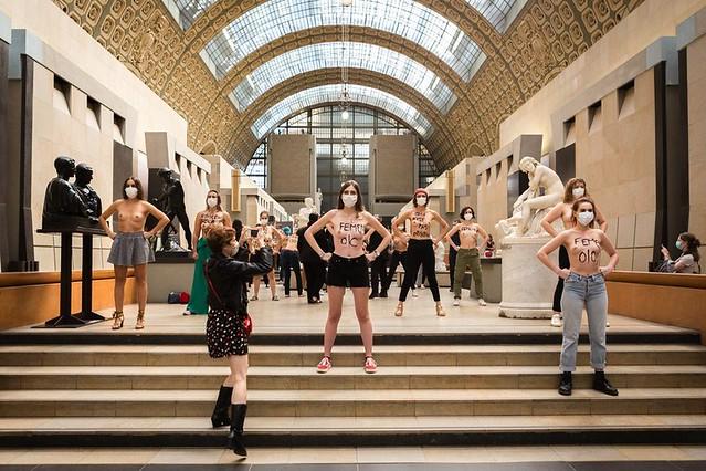 Dimanche 13 septembre, une vingtaine de militantes Femen se sont mobilisées dans le hall du musée d'Orsay suite à la polémique autour de Jeanne, étudiante refusée à l'entrée à cause de son décolleté Crédit : @CapucineHenry