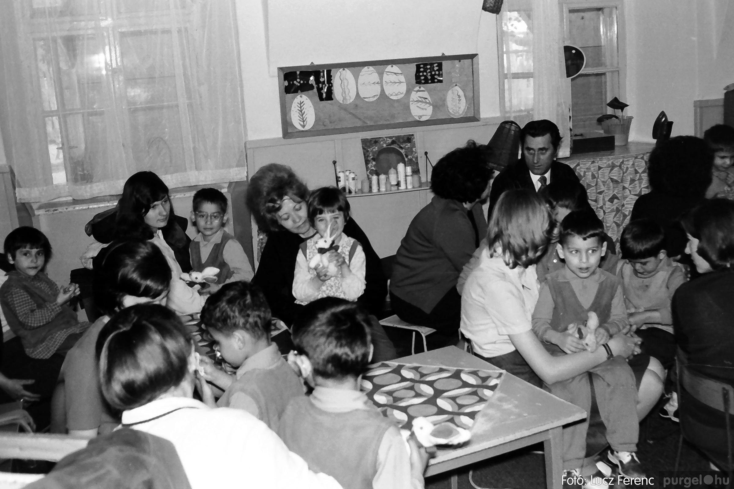 044. 1976. Látogatás a gyermekotthonban 011. - Fotó: Lucz Ferenc.jpg