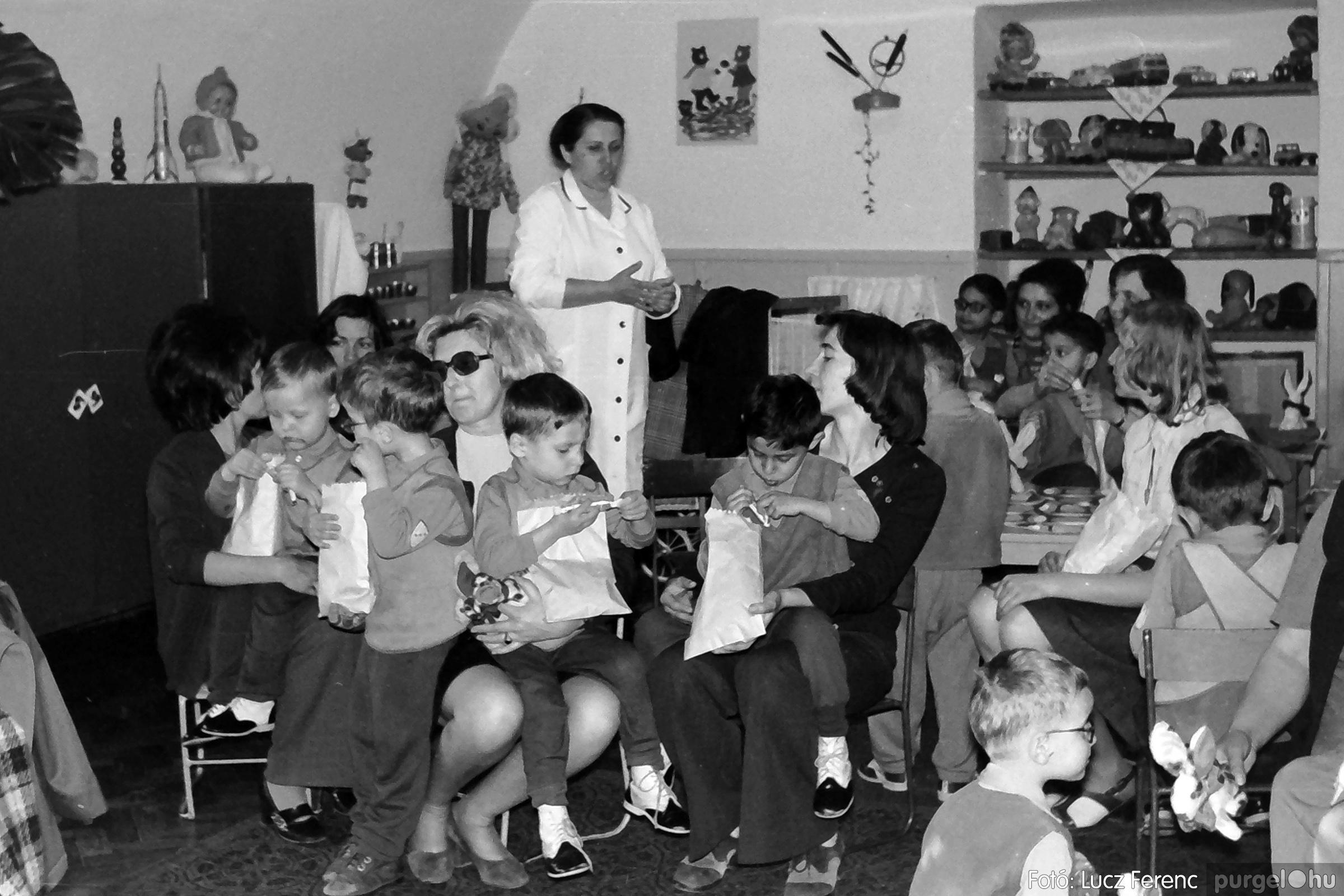 044. 1976. Látogatás a gyermekotthonban 006. - Fotó: Lucz Ferenc.jpg