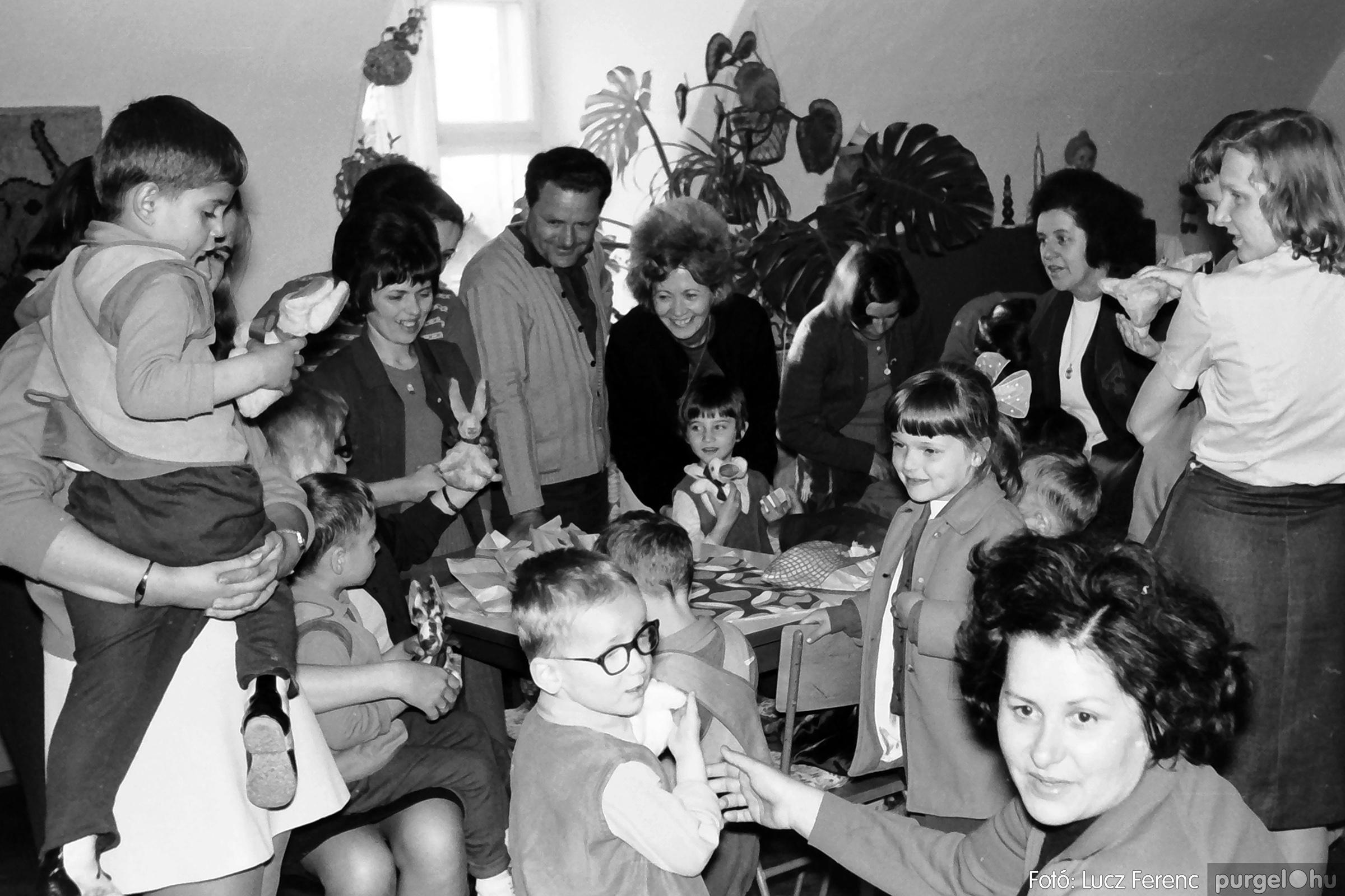 044. 1976. Látogatás a gyermekotthonban 004. - Fotó: Lucz Ferenc.jpg