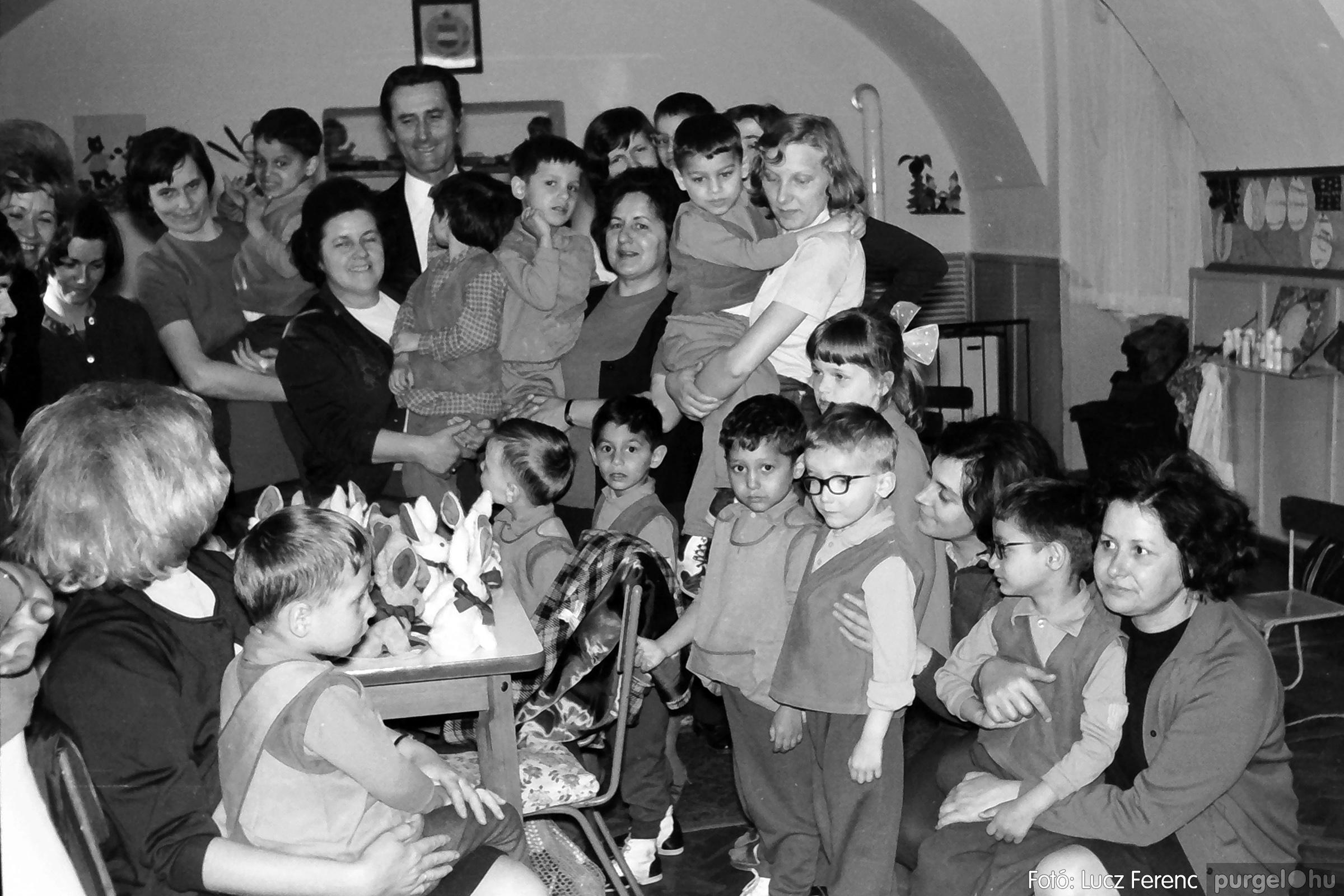 044. 1976. Látogatás a gyermekotthonban 003. - Fotó: Lucz Ferenc.jpg