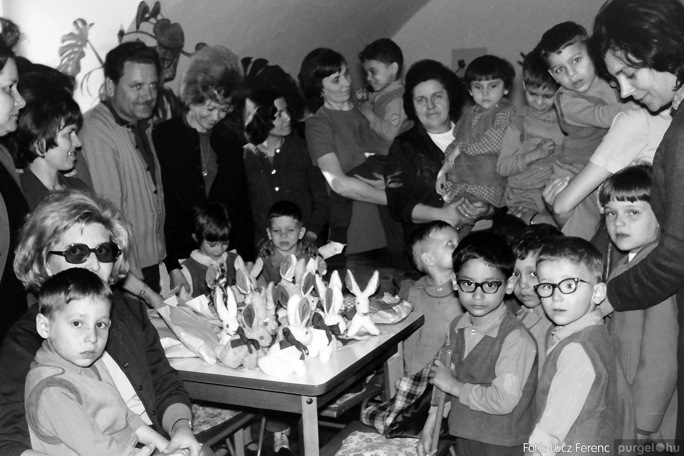 044. 1976. Látogatás a gyermekotthonban 002. - Fotó: Lucz Ferenc.jpg