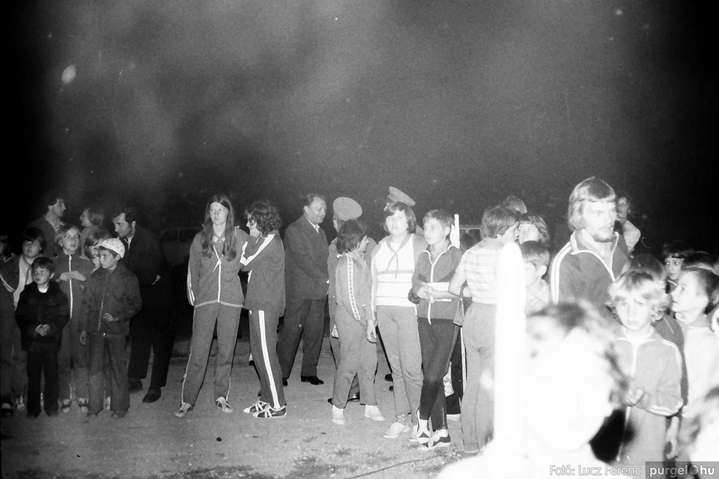 053. 1976. Tűzgyújtás 005. - Fotó: Lucz Ferenc.jpg