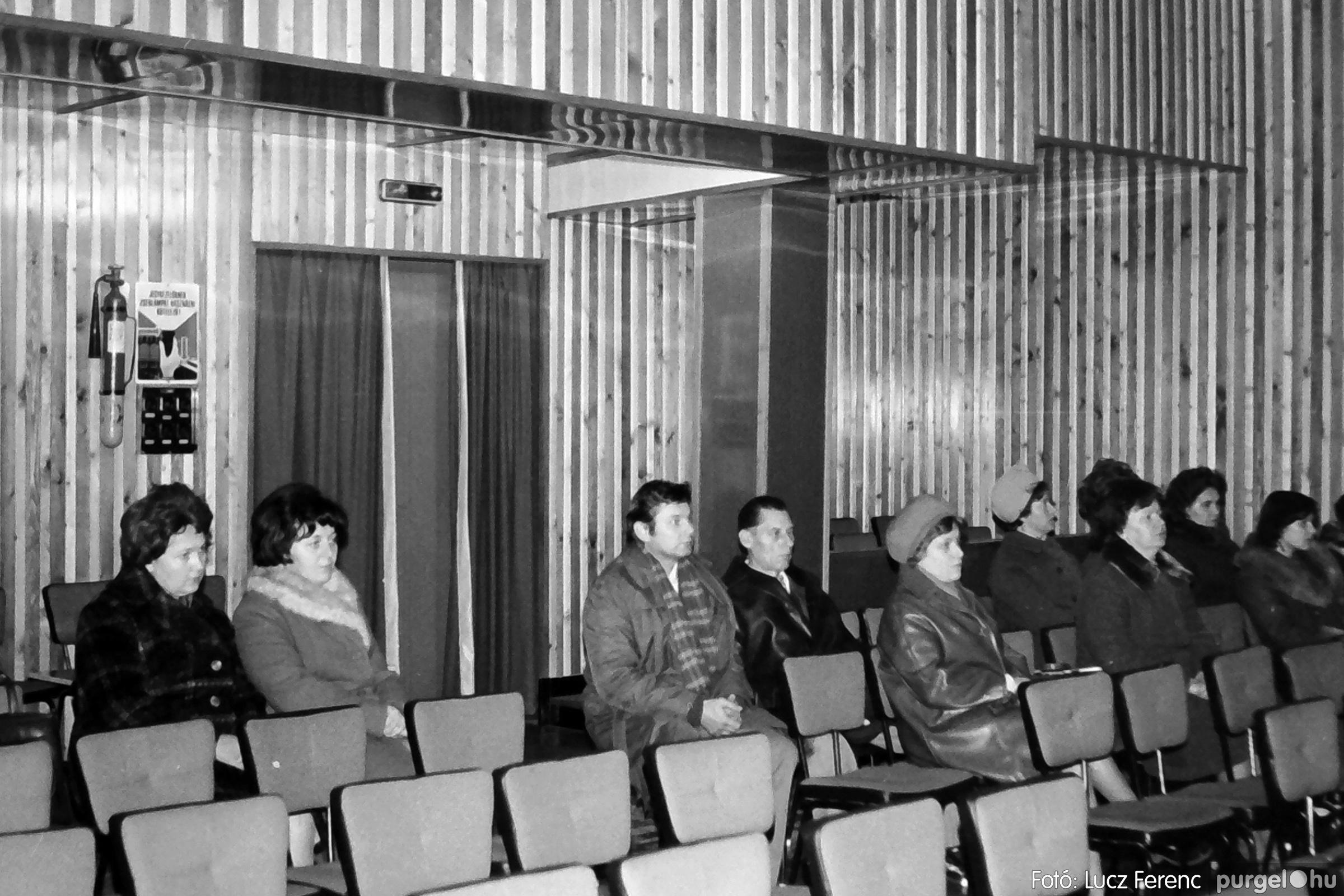 064. 1976. Kiállítás a kultúrházban 007. - Fotó: Lucz Ferenc.jpg