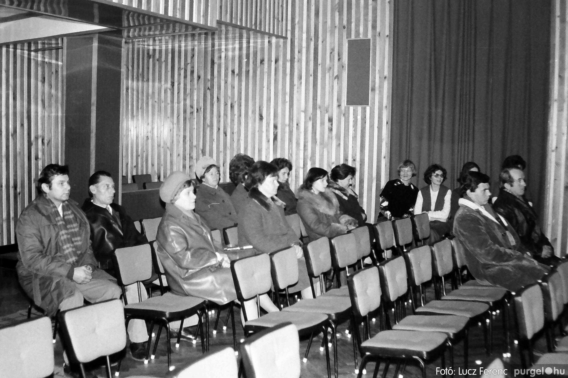 064. 1976. Kiállítás a kultúrházban 006. - Fotó: Lucz Ferenc.jpg