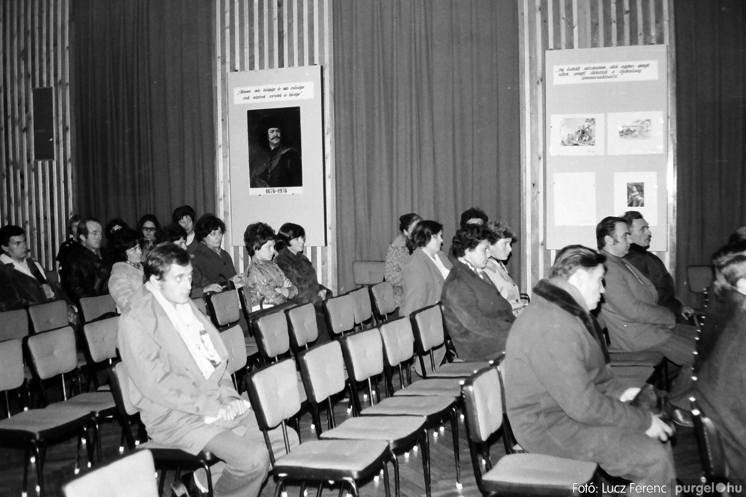 064. 1976. Kiállítás a kultúrházban 005. - Fotó: Lucz Ferenc.jpg