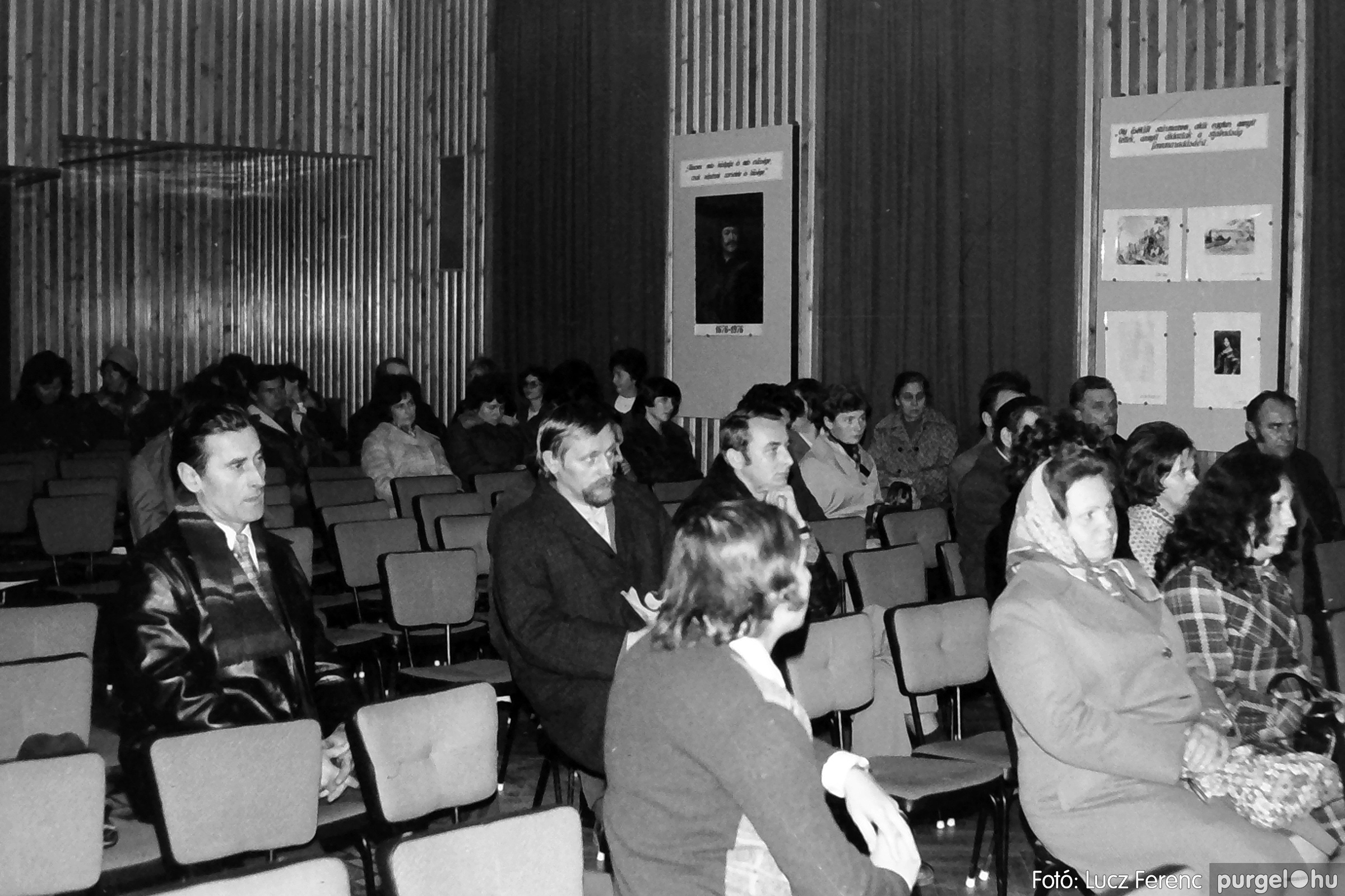 064. 1976. Kiállítás a kultúrházban 004. - Fotó: Lucz Ferenc.jpg