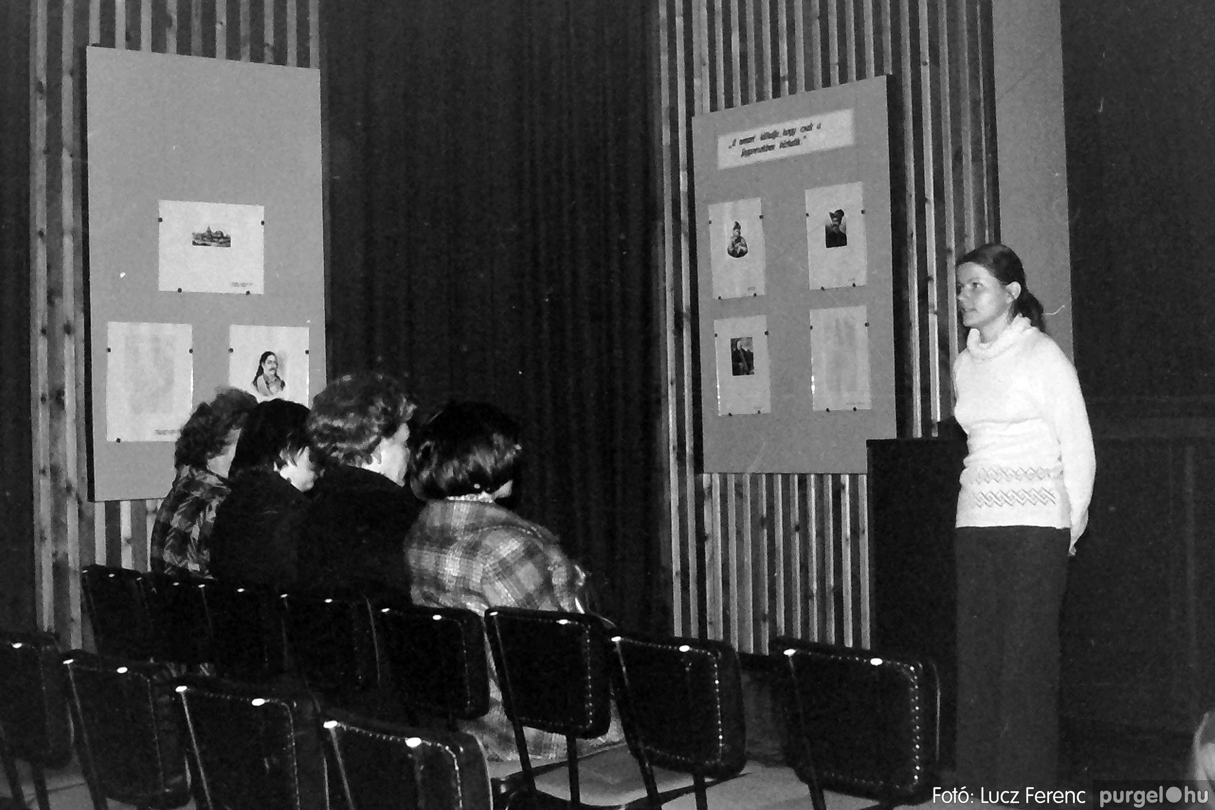 064. 1976. Kiállítás a kultúrházban 002. - Fotó: Lucz Ferenc.jpg