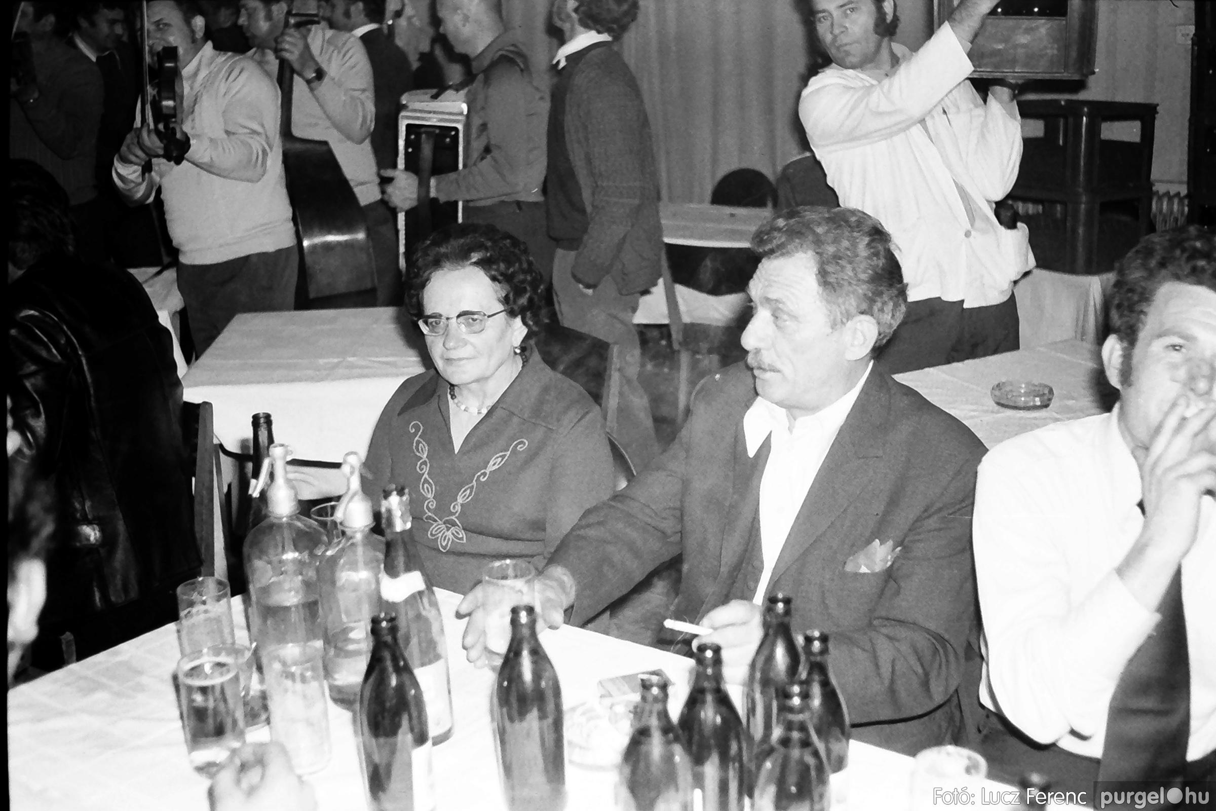 064-065. 1976. KTSZ-es dínomdánom a vendéglőben 037. - Fotó: Lucz Ferenc.jpg