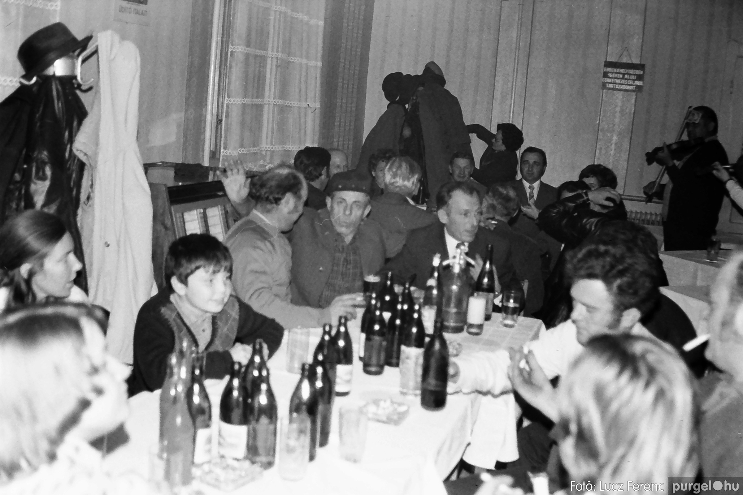 064-065. 1976. KTSZ-es dínomdánom a vendéglőben 036. - Fotó: Lucz Ferenc.jpg