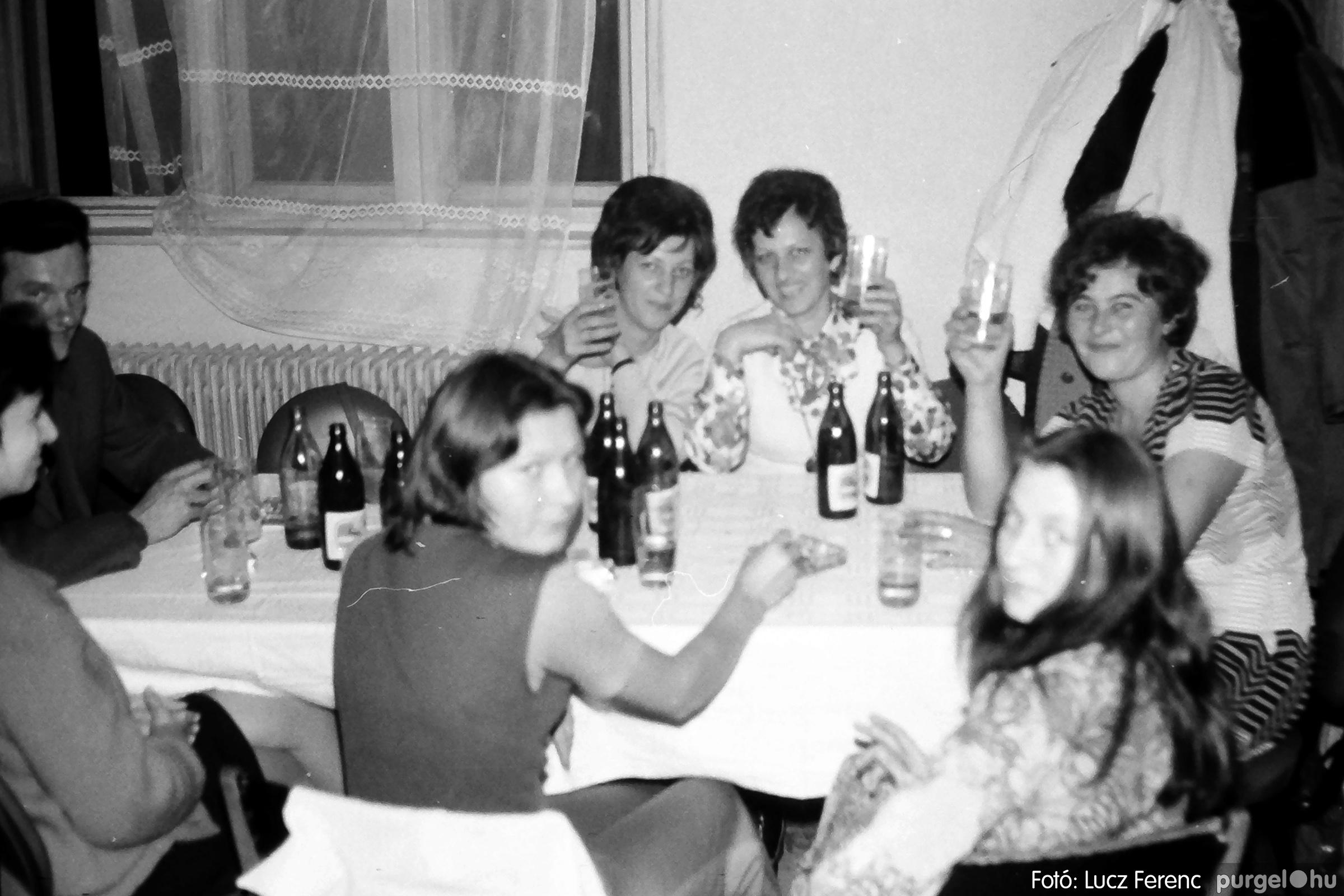 064-065. 1976. KTSZ-es dínomdánom a vendéglőben 021. - Fotó: Lucz Ferenc.jpg