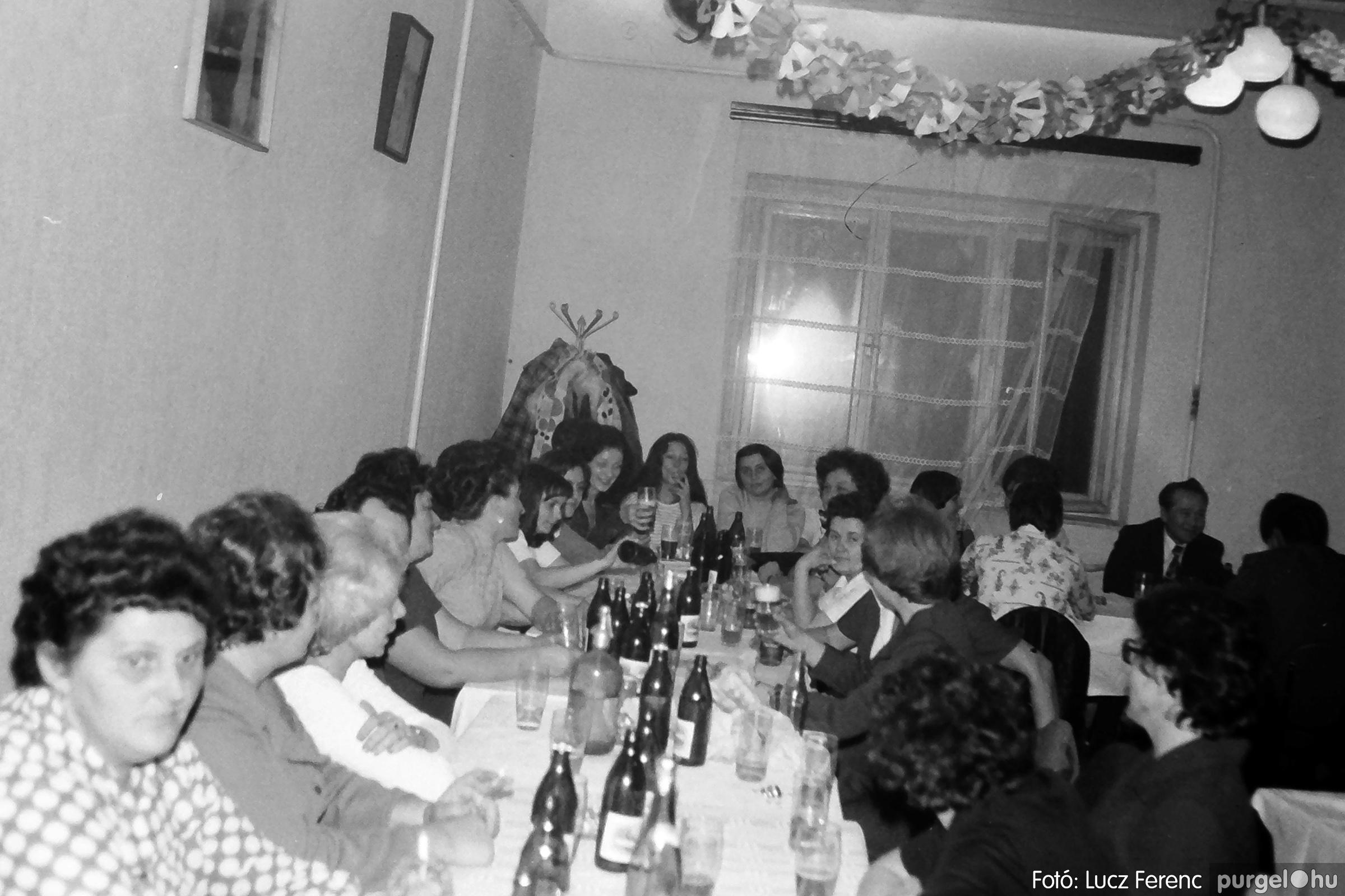 064-065. 1976. KTSZ-es dínomdánom a vendéglőben 018. - Fotó: Lucz Ferenc.jpg