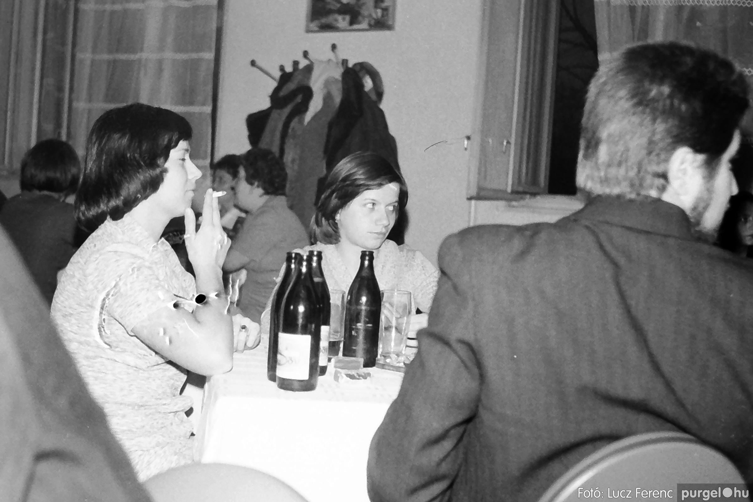 064-065. 1976. KTSZ-es dínomdánom a vendéglőben 017. - Fotó: Lucz Ferenc.jpg