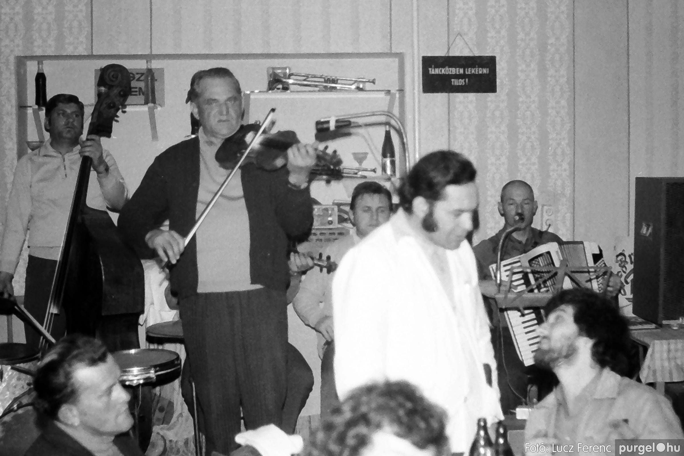 064-065. 1976. KTSZ-es dínomdánom a vendéglőben 015. - Fotó: Lucz Ferenc.jpg
