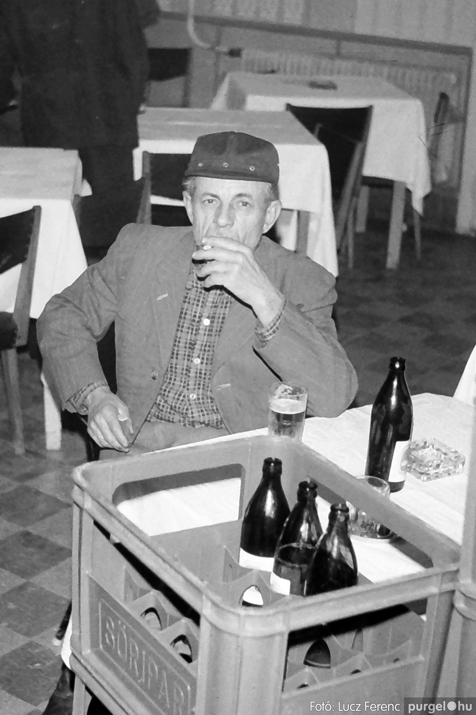064-065. 1976. KTSZ-es dínomdánom a vendéglőben 014. - Fotó: Lucz Ferenc.jpg