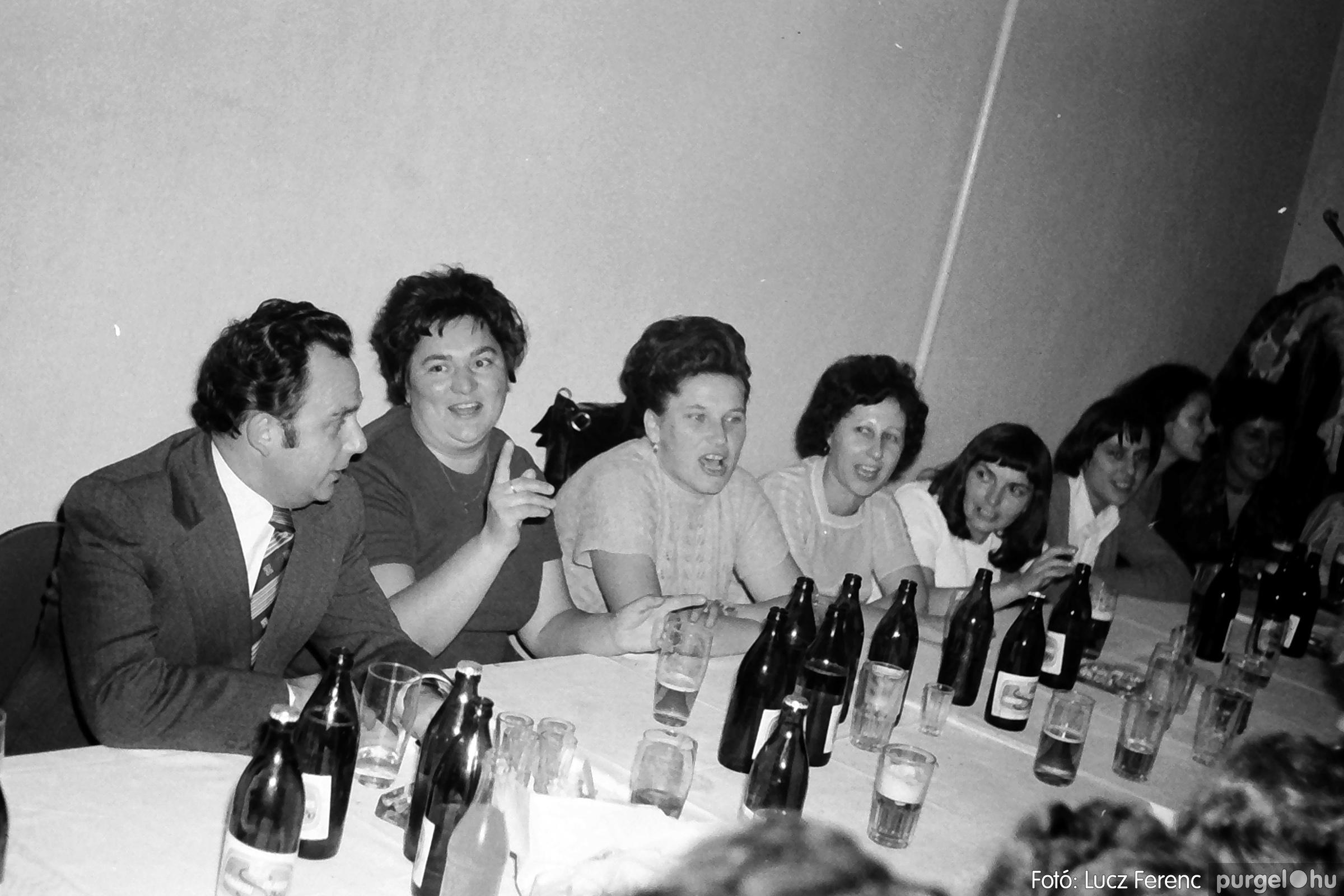 064-065. 1976. KTSZ-es dínomdánom a vendéglőben 009. - Fotó: Lucz Ferenc.jpg