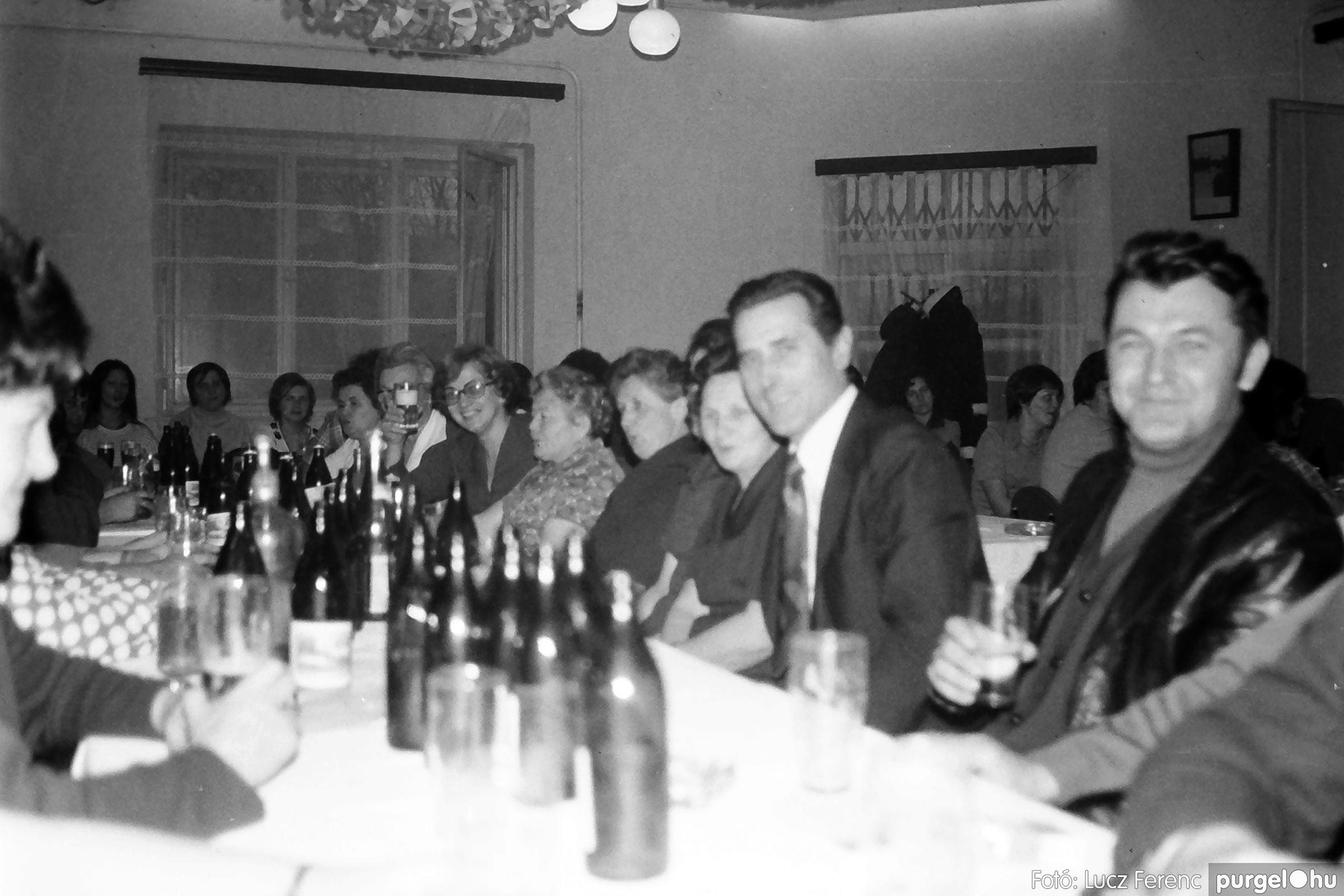064-065. 1976. KTSZ-es dínomdánom a vendéglőben 008. - Fotó: Lucz Ferenc.jpg