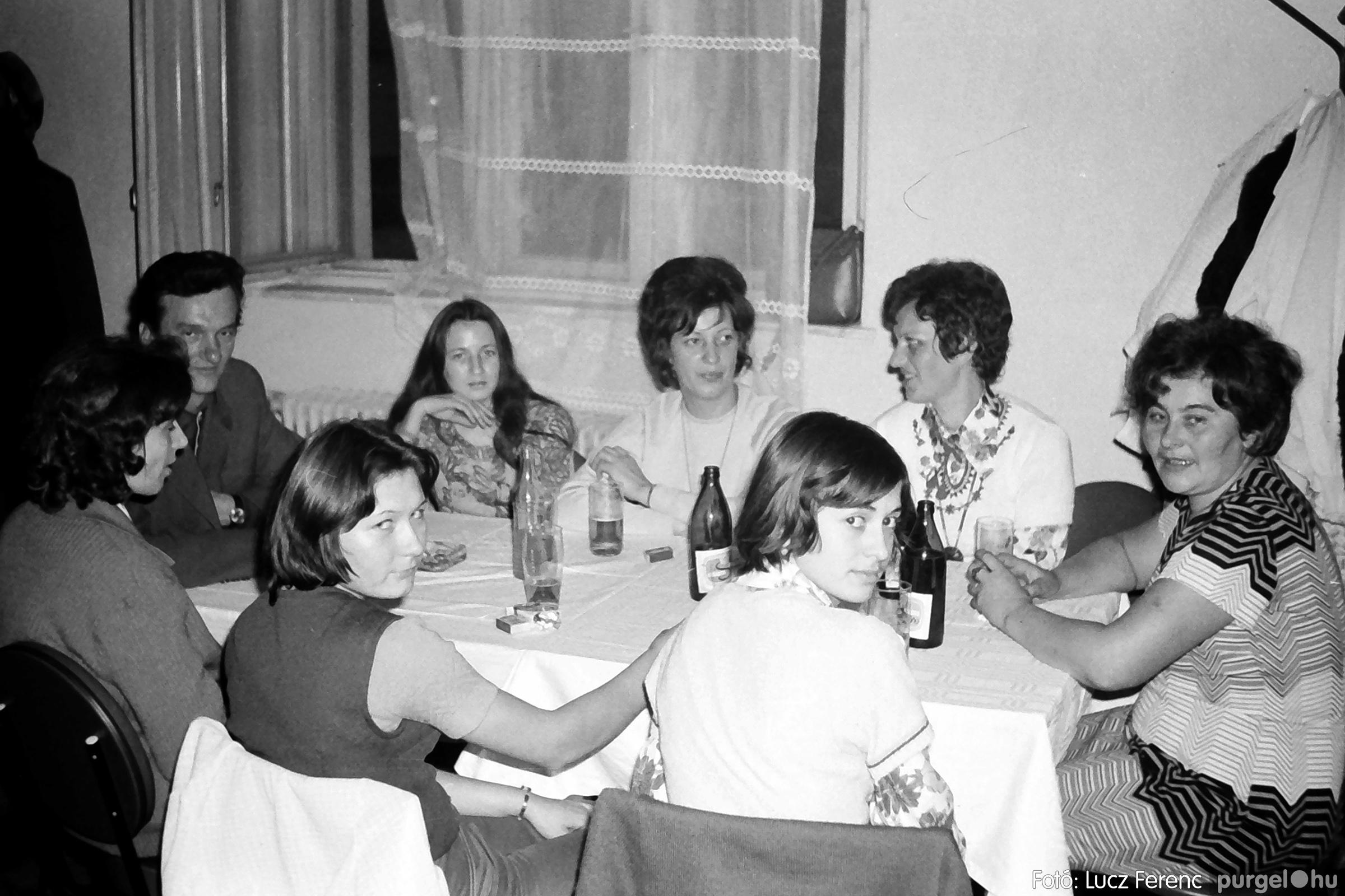 064-065. 1976. KTSZ-es dínomdánom a vendéglőben 006. - Fotó: Lucz Ferenc.jpg