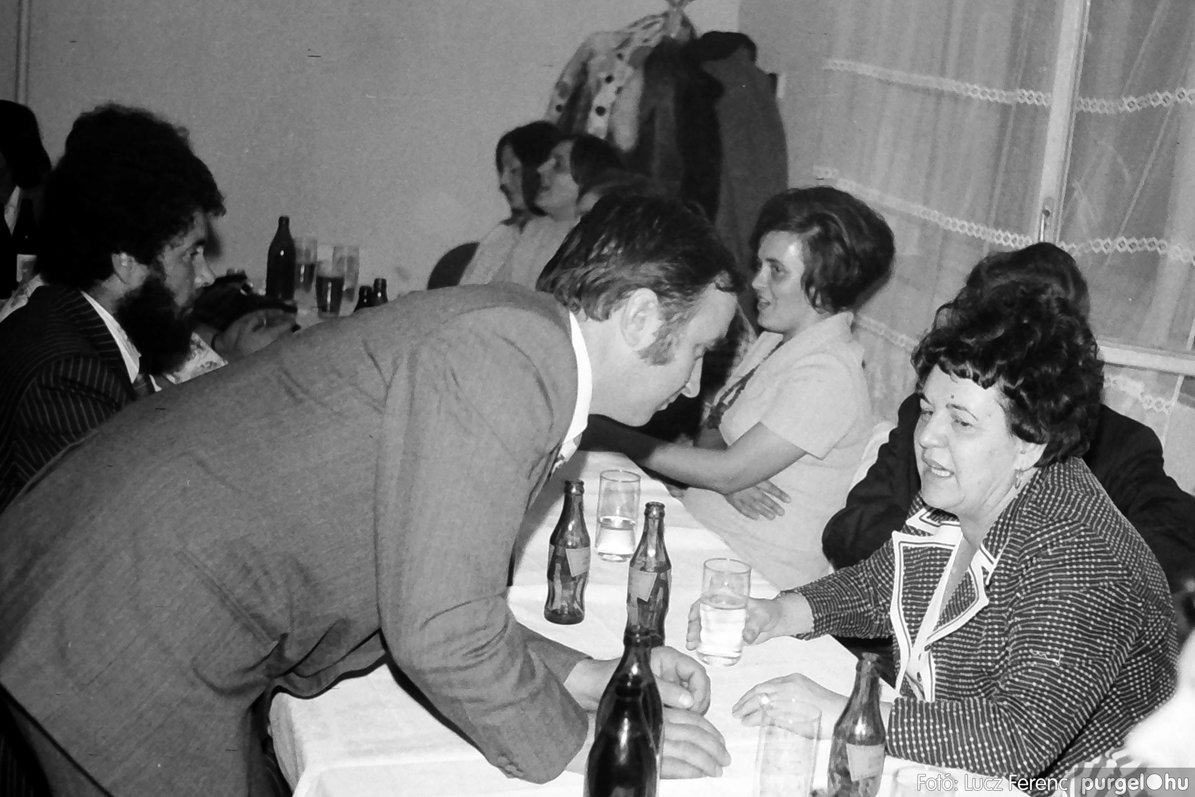 064-065. 1976. KTSZ-es dínomdánom a vendéglőben 005. - Fotó: Lucz Ferenc.jpg