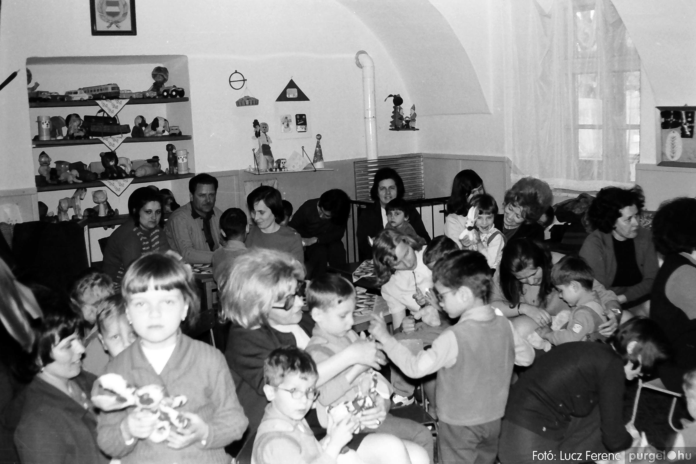 044. 1976. Látogatás a gyermekotthonban 009. - Fotó: Lucz Ferenc.jpg