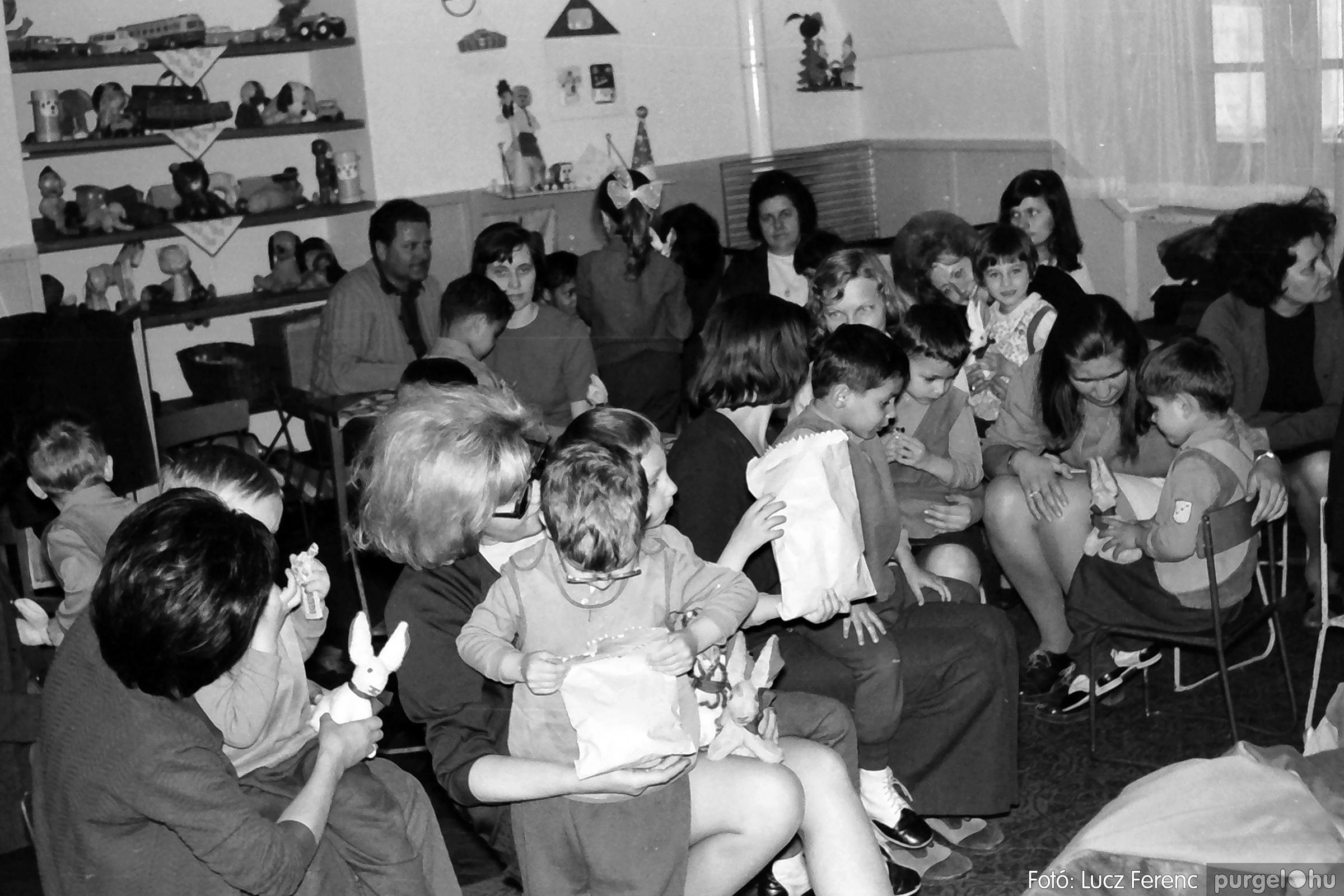 044. 1976. Látogatás a gyermekotthonban 008. - Fotó: Lucz Ferenc.jpg