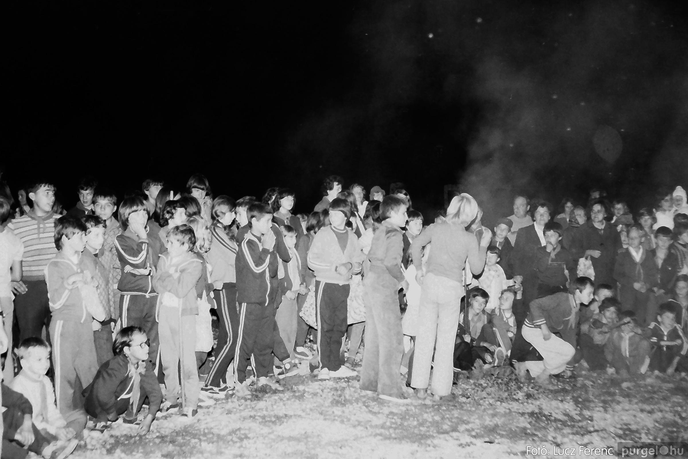 053. 1976. Tűzgyújtás 003. - Fotó: Lucz Ferenc.jpg