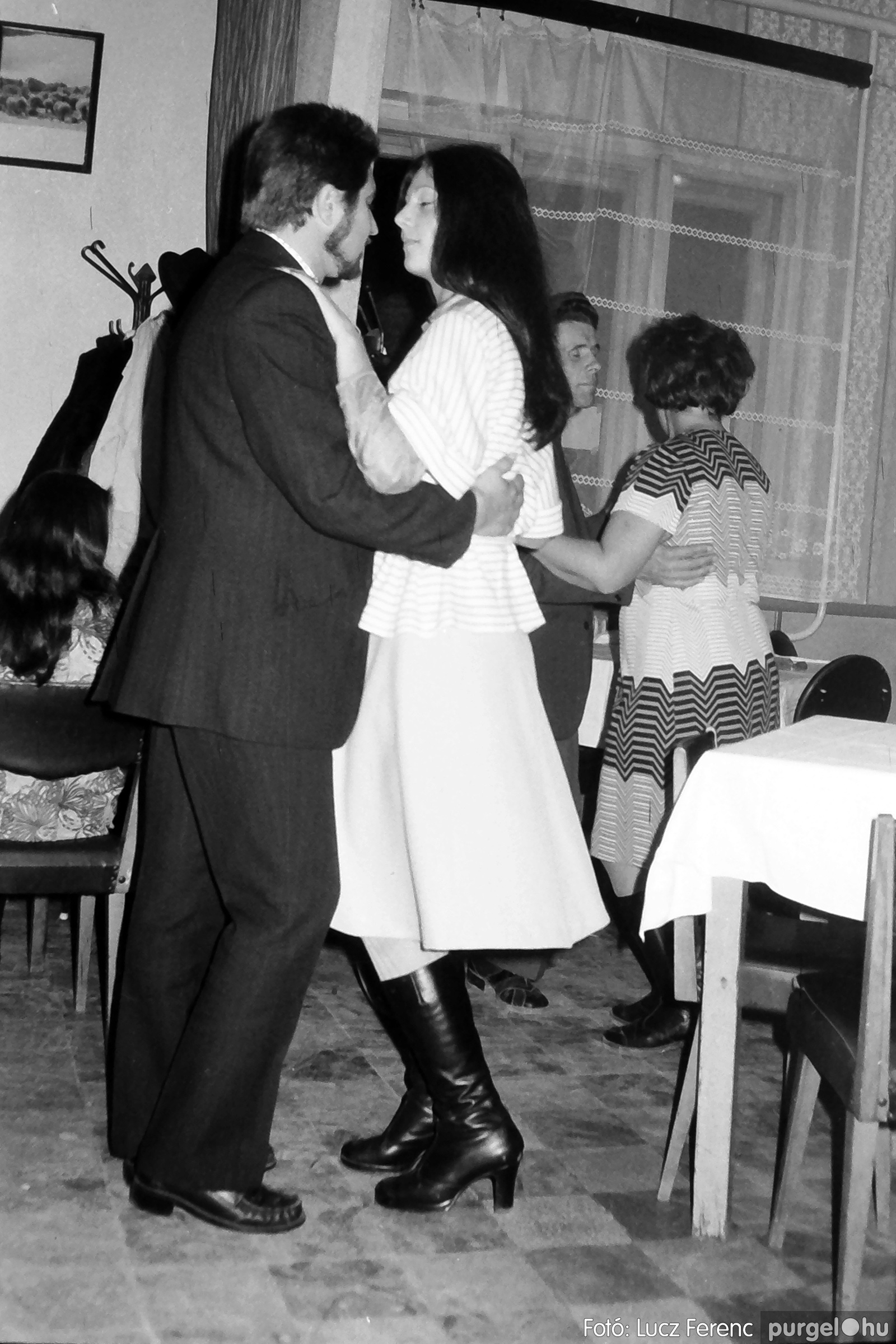 064-065. 1976. KTSZ-es dínomdánom a vendéglőben 027. - Fotó: Lucz Ferenc.jpg