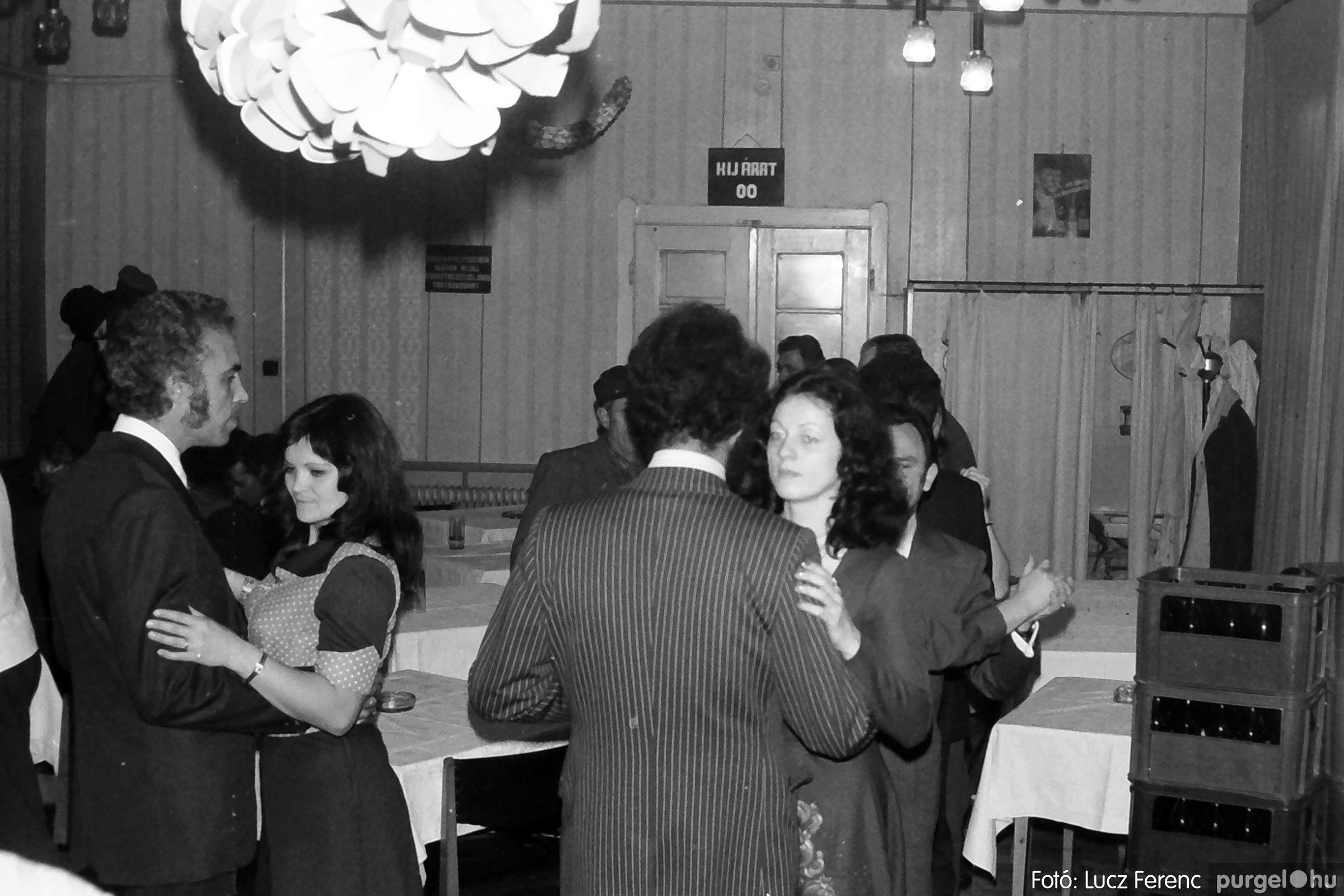 064-065. 1976. KTSZ-es dínomdánom a vendéglőben 024. - Fotó: Lucz Ferenc.jpg