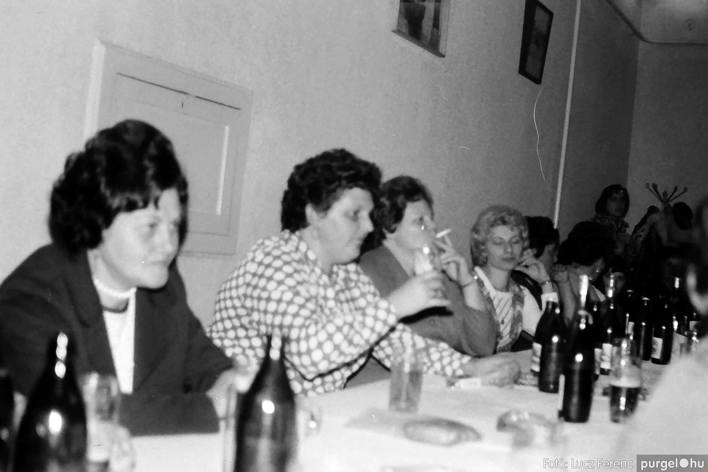 064-065. 1976. KTSZ-es dínomdánom a vendéglőben 023. - Fotó: Lucz Ferenc.jpg